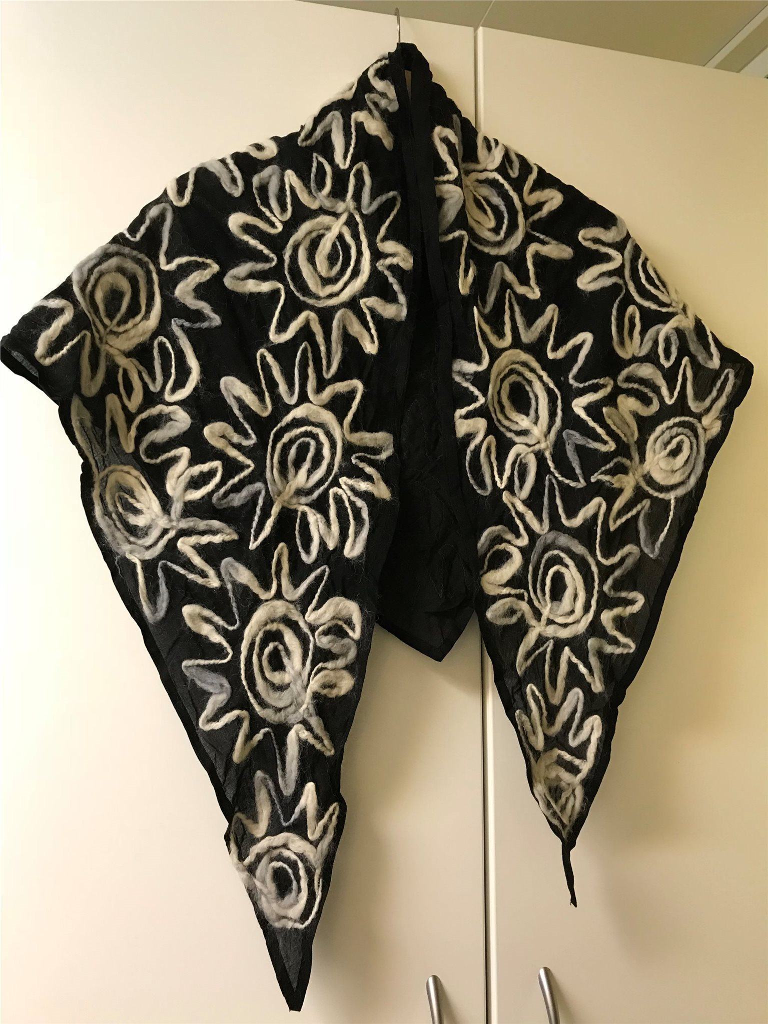 Ovanlig vacker sjal svart med grå   vita broderier el applikationer i ylle 368ae24e8cde9