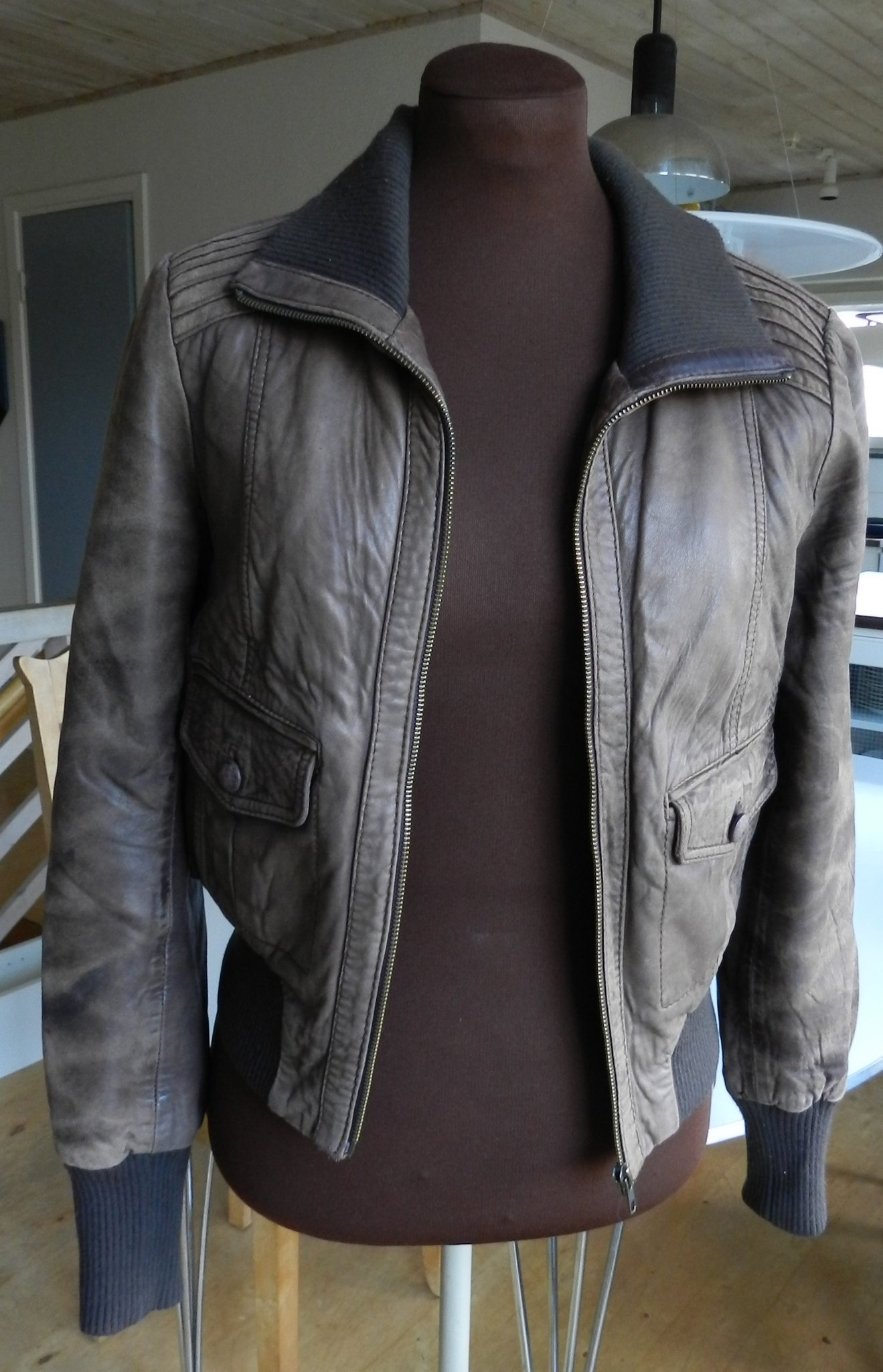 Kort brun skinnjacka med patina från OASIS stl .. (398693332