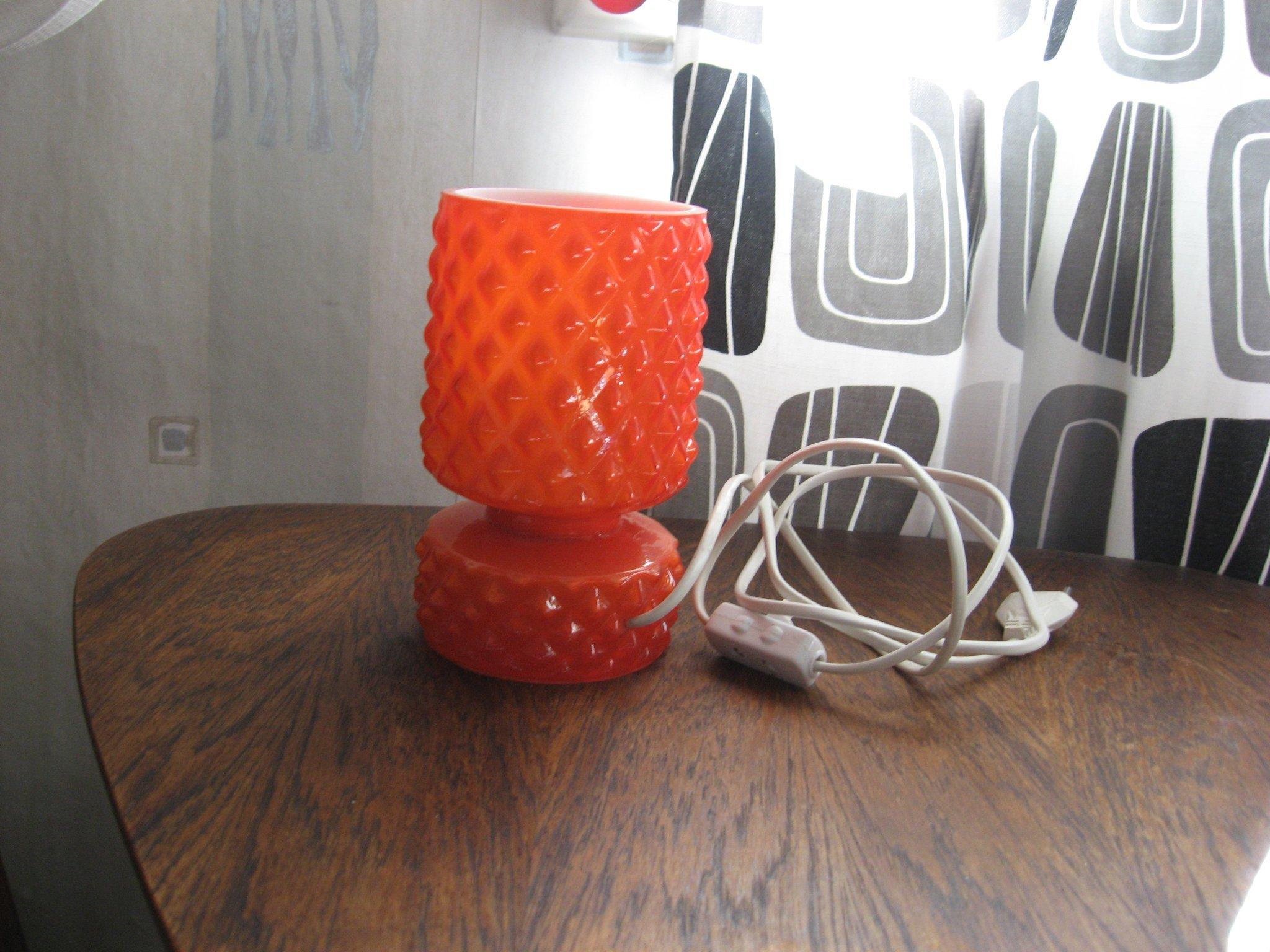 fungerande orange glas fönsterbords lampa med vit insida