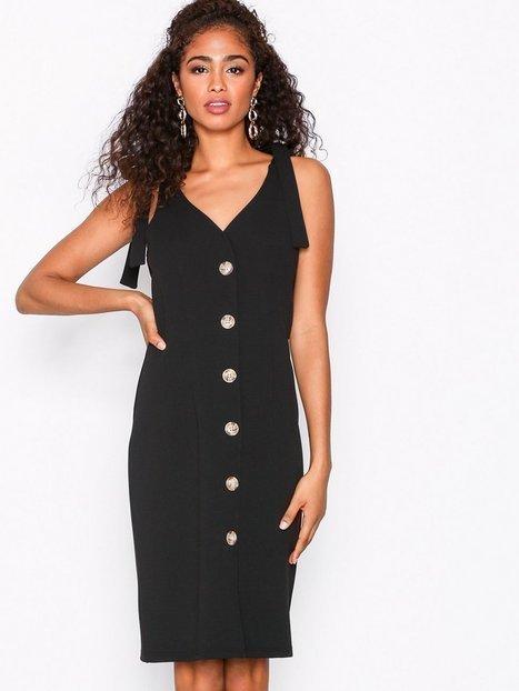 Svart klänning med knappar från Nelly Trend i s.. (414575652
