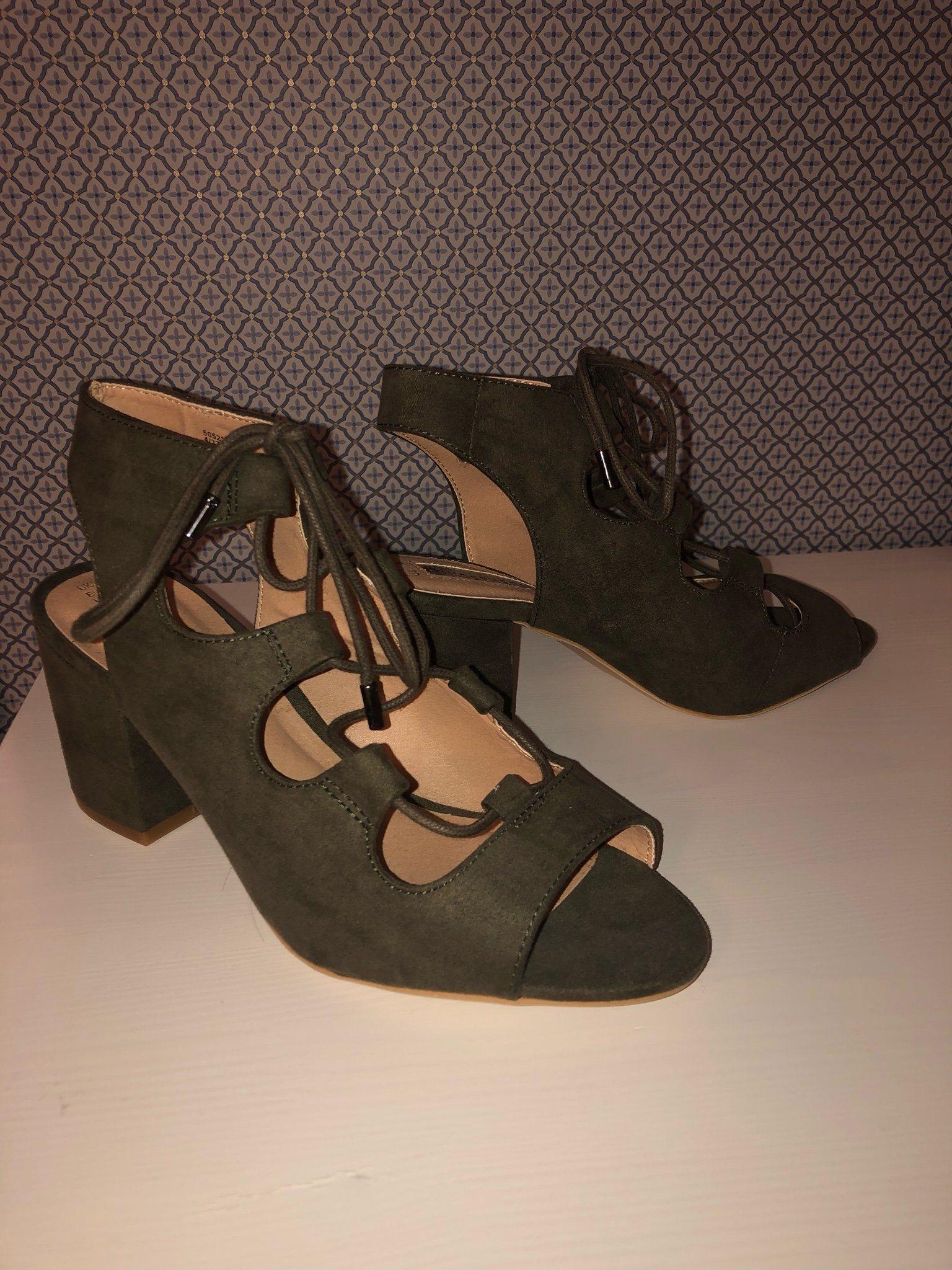 sandaletter med snörning