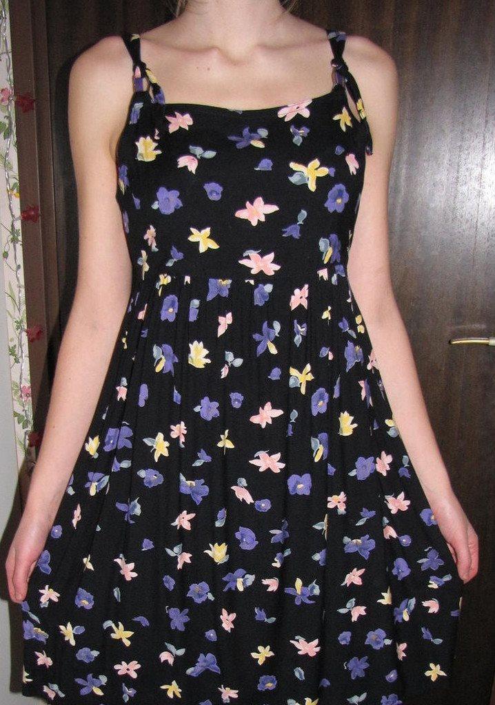 f44b9e28345e Klänning svart botten blommor i vackra ljusa fä.. (269337288) ᐈ Köp ...