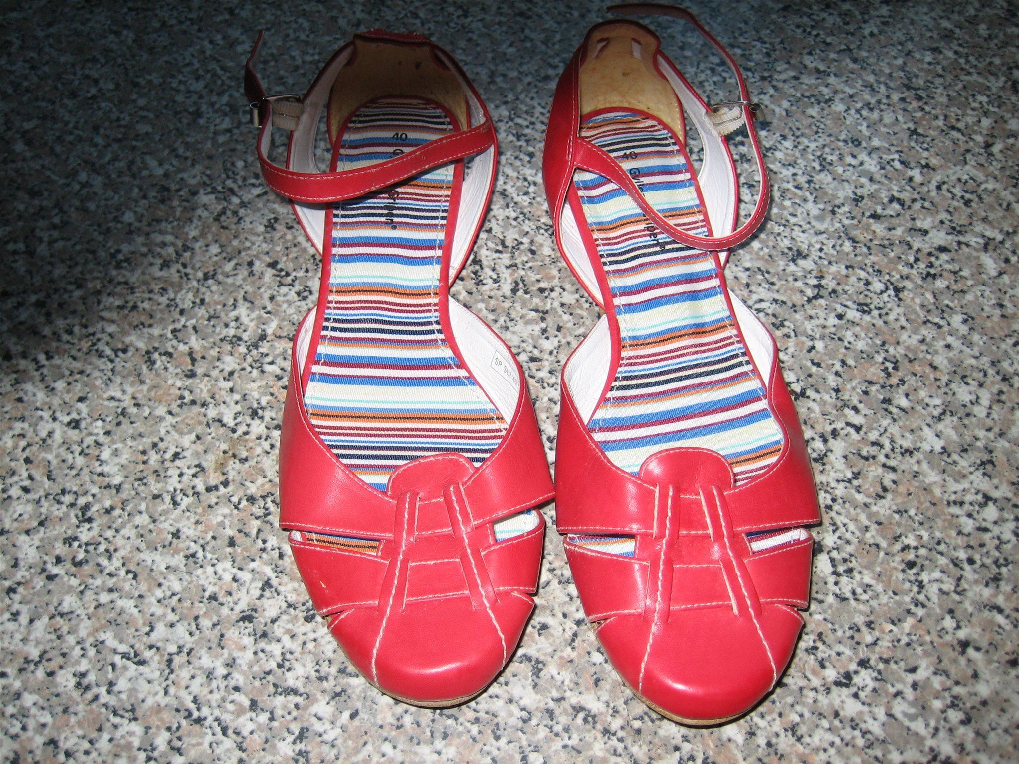 svarta sandaletter med rem