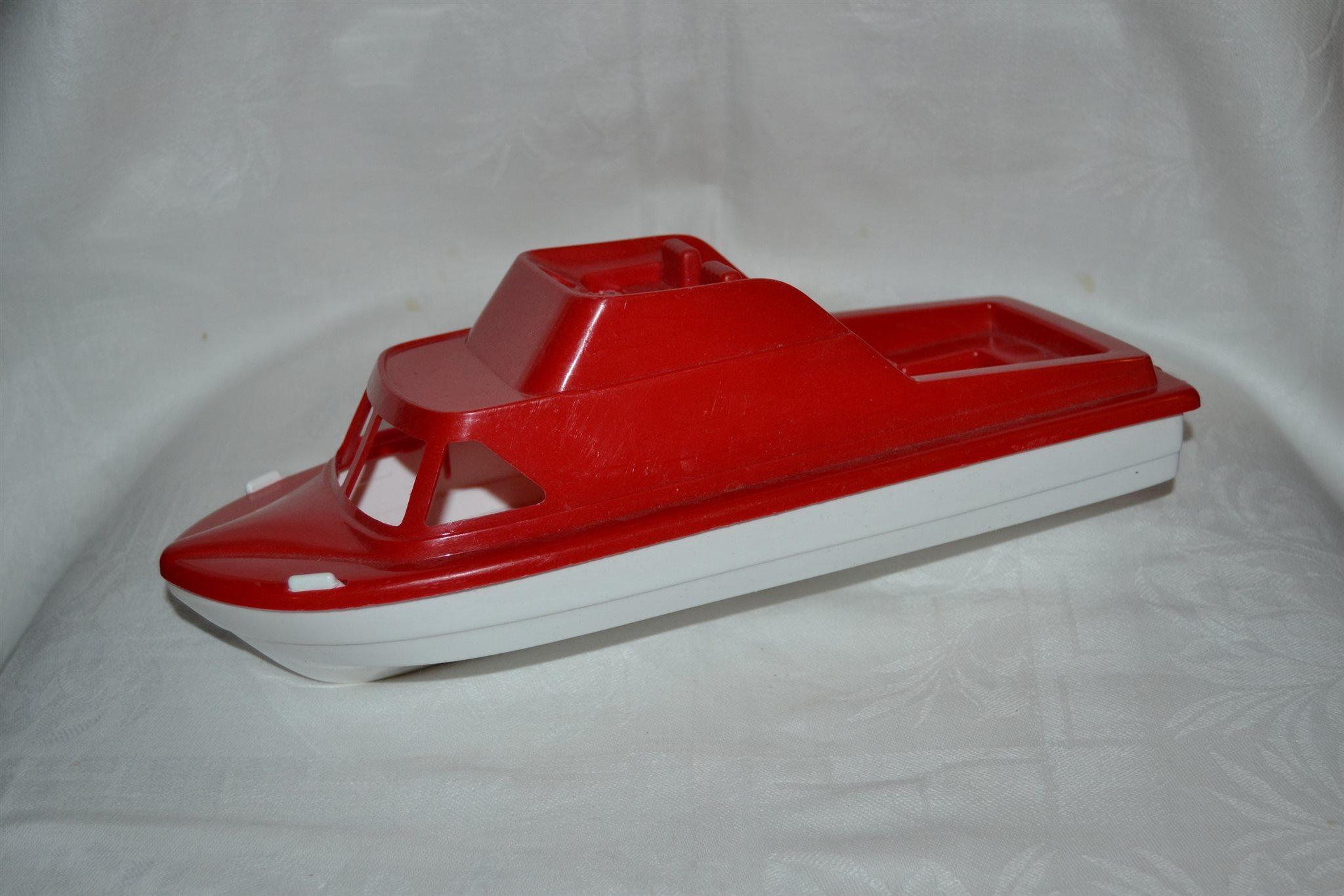 leksaksbåt i plast