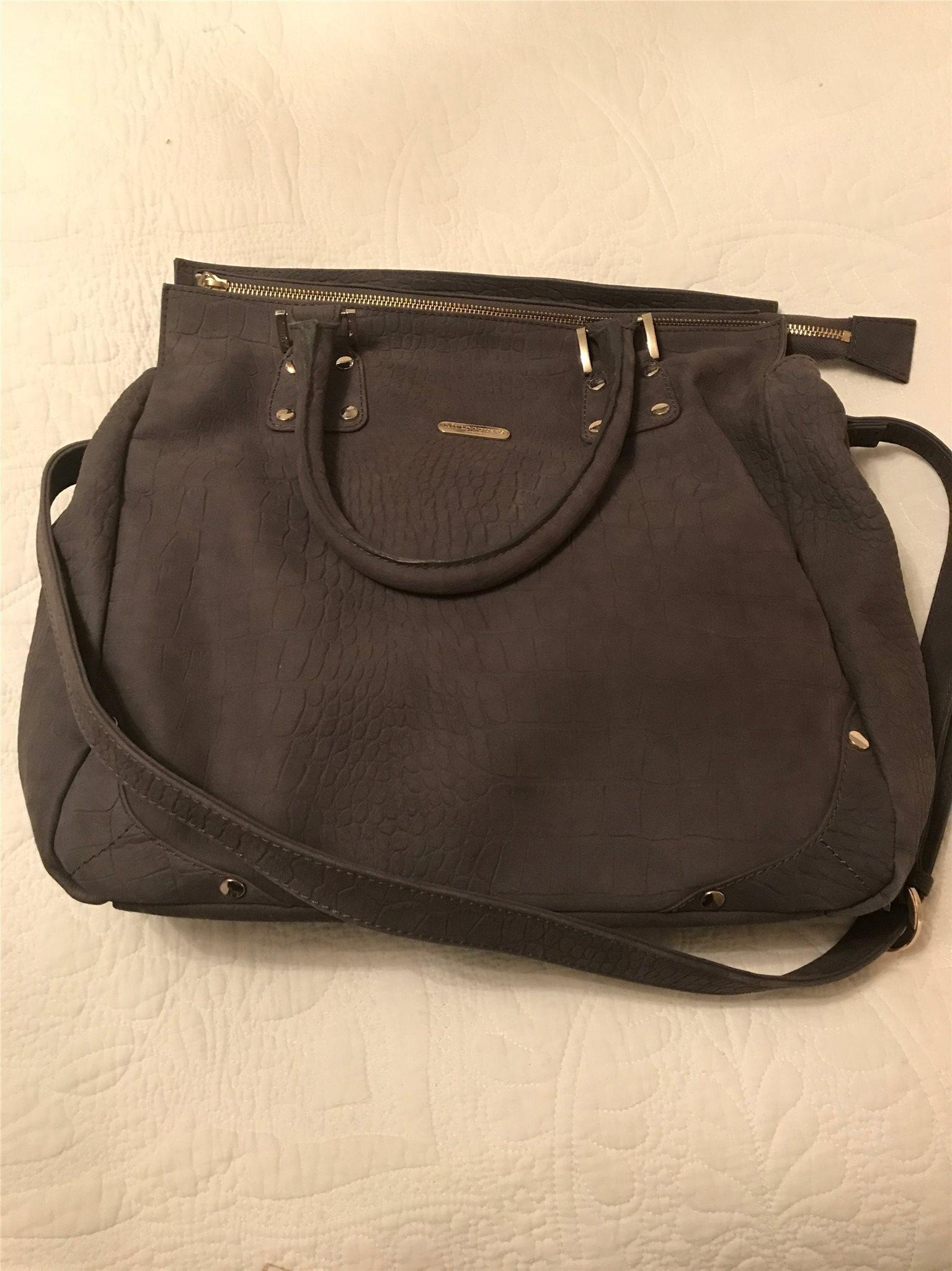 grå mocka väska