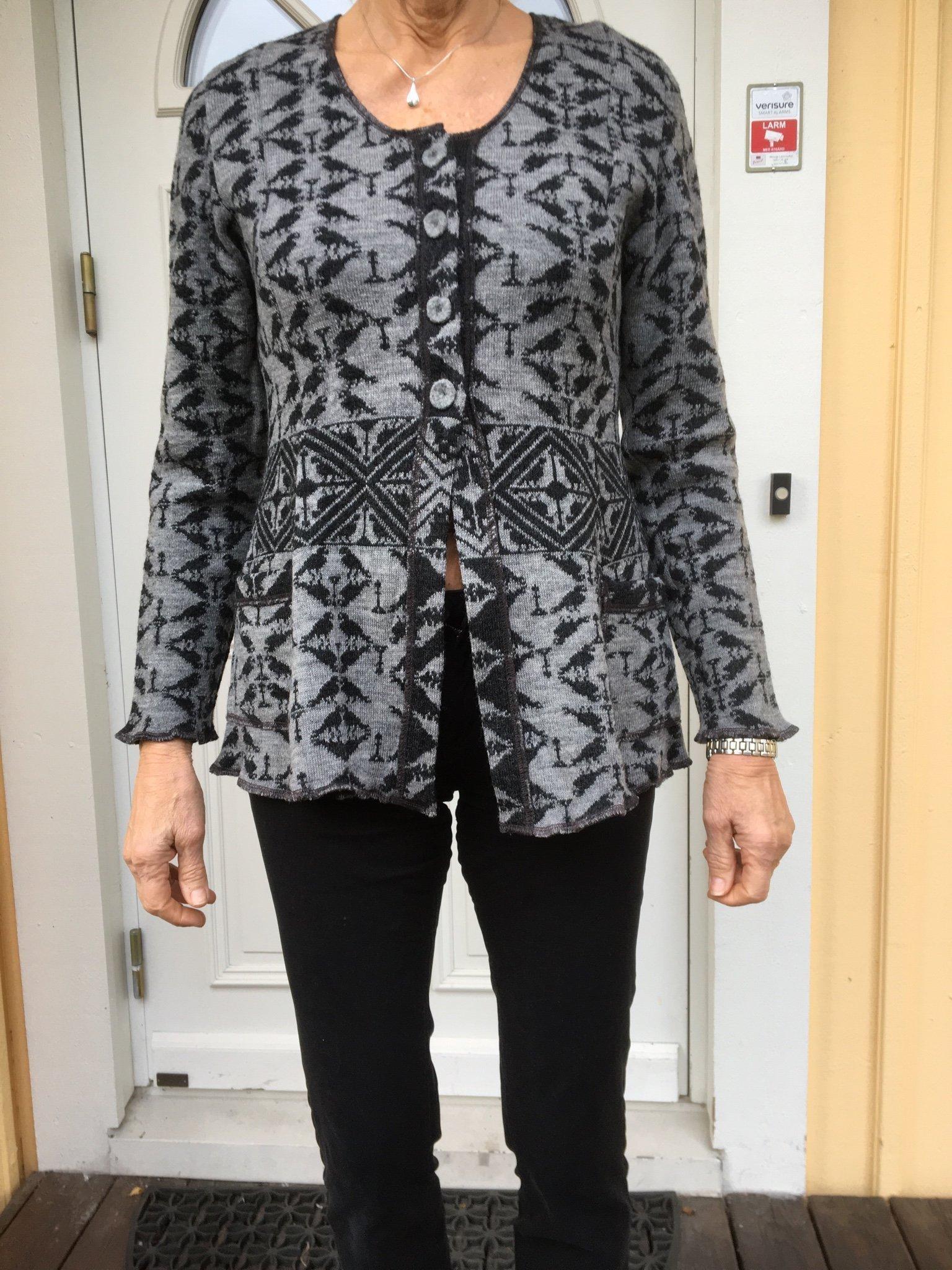 Kofta i grått och svart, 100% Ull. Design Simu Laponia. Storken M