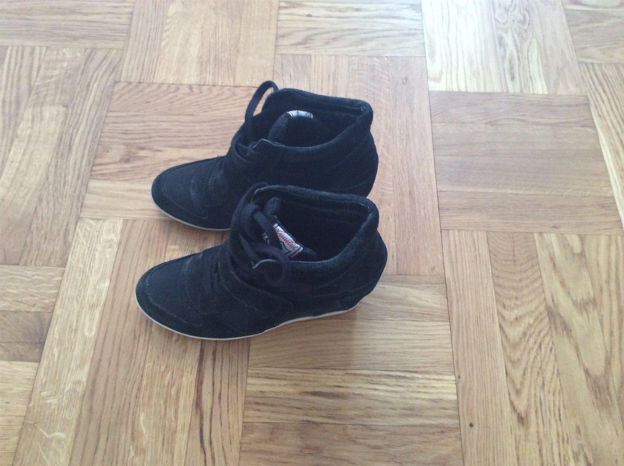 skor med inbyggd klack