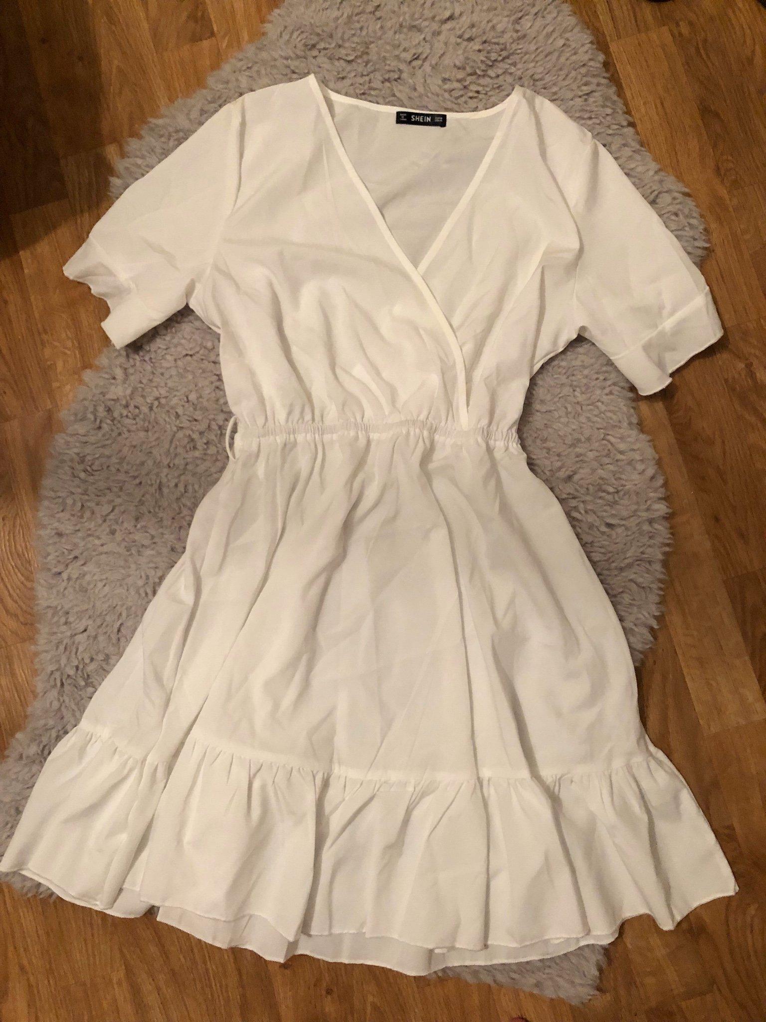 Vit klänning med volanger