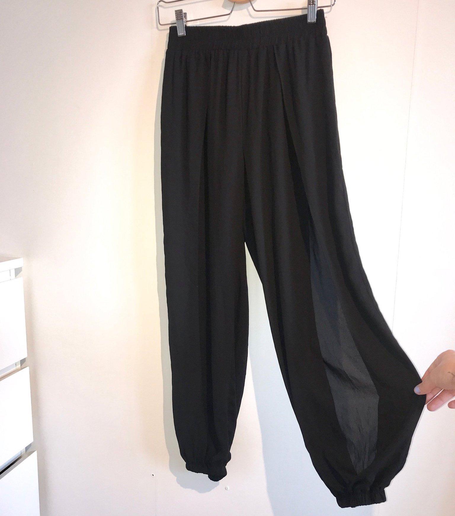 svarta byxor med slits fram