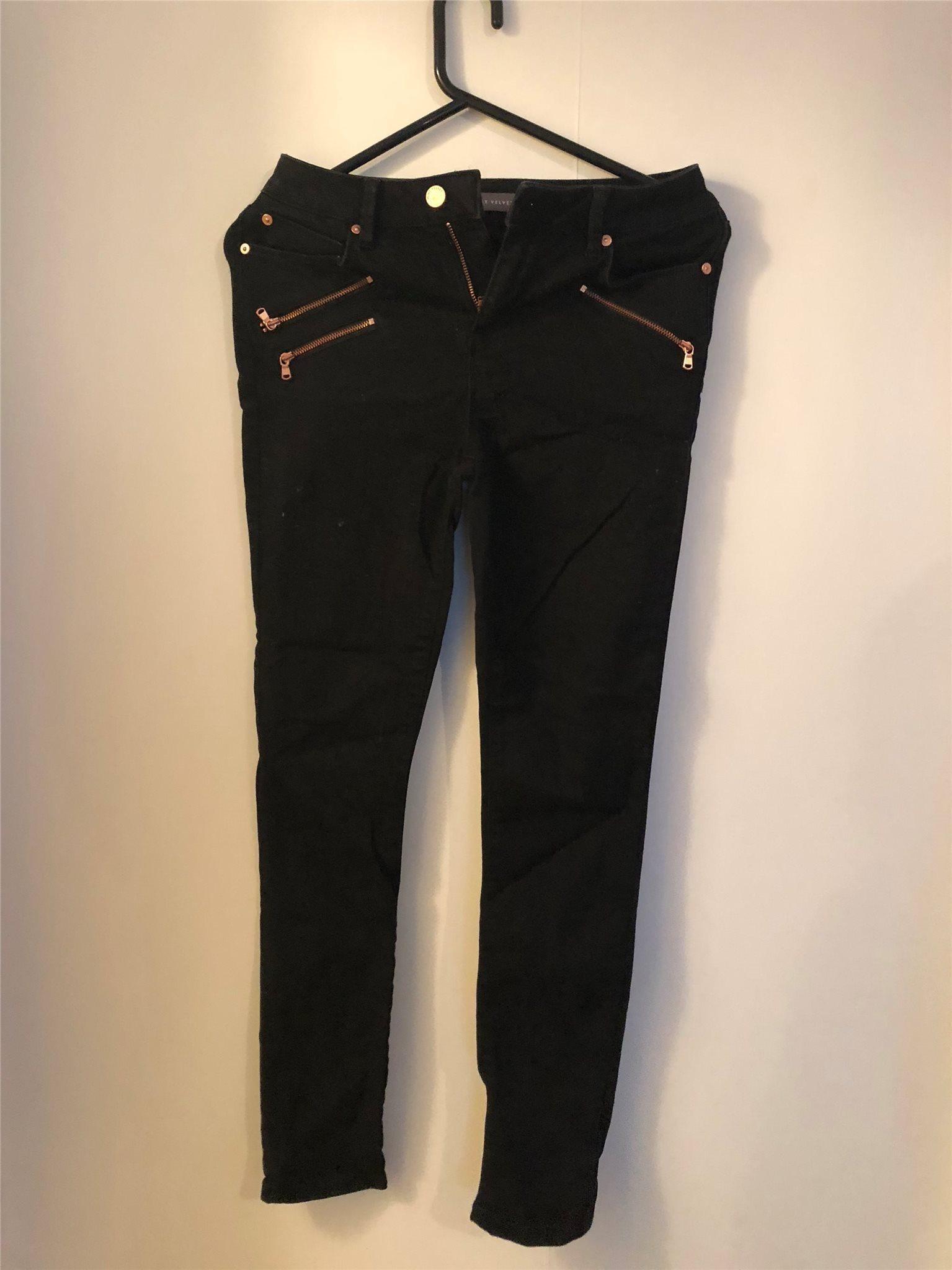 tighta svarta jeans