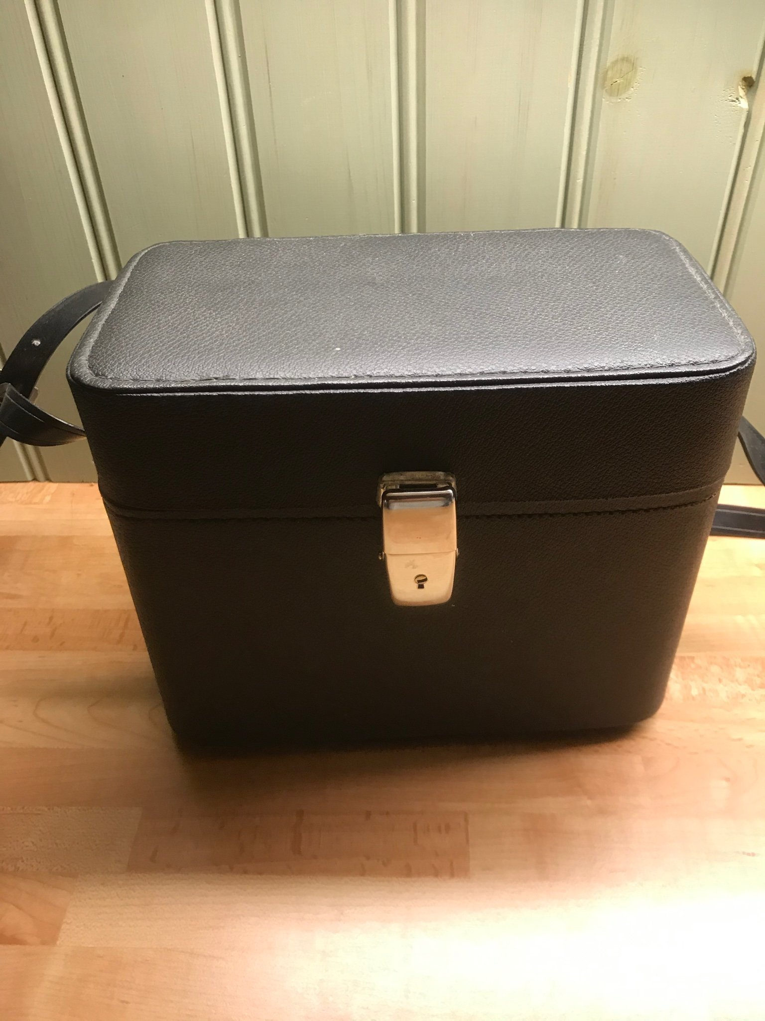 Chinon CM 4, systemkamera i svart väska.
