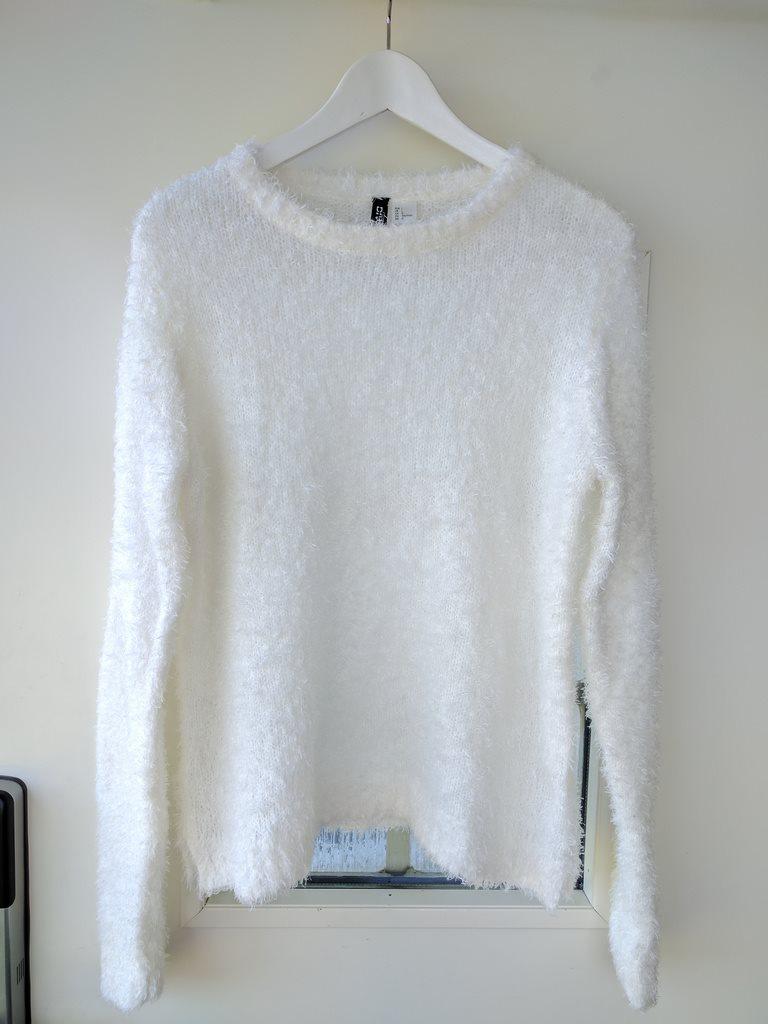 vit lurvig tröja