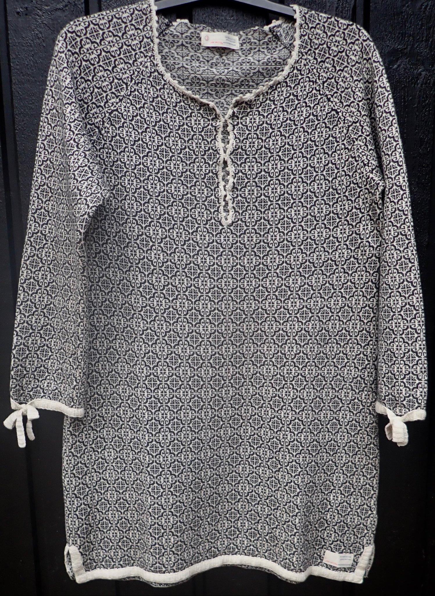 Urläcker mörkgråsvart & benvit stickad tröjatunika från Odd Molly, st. 3.