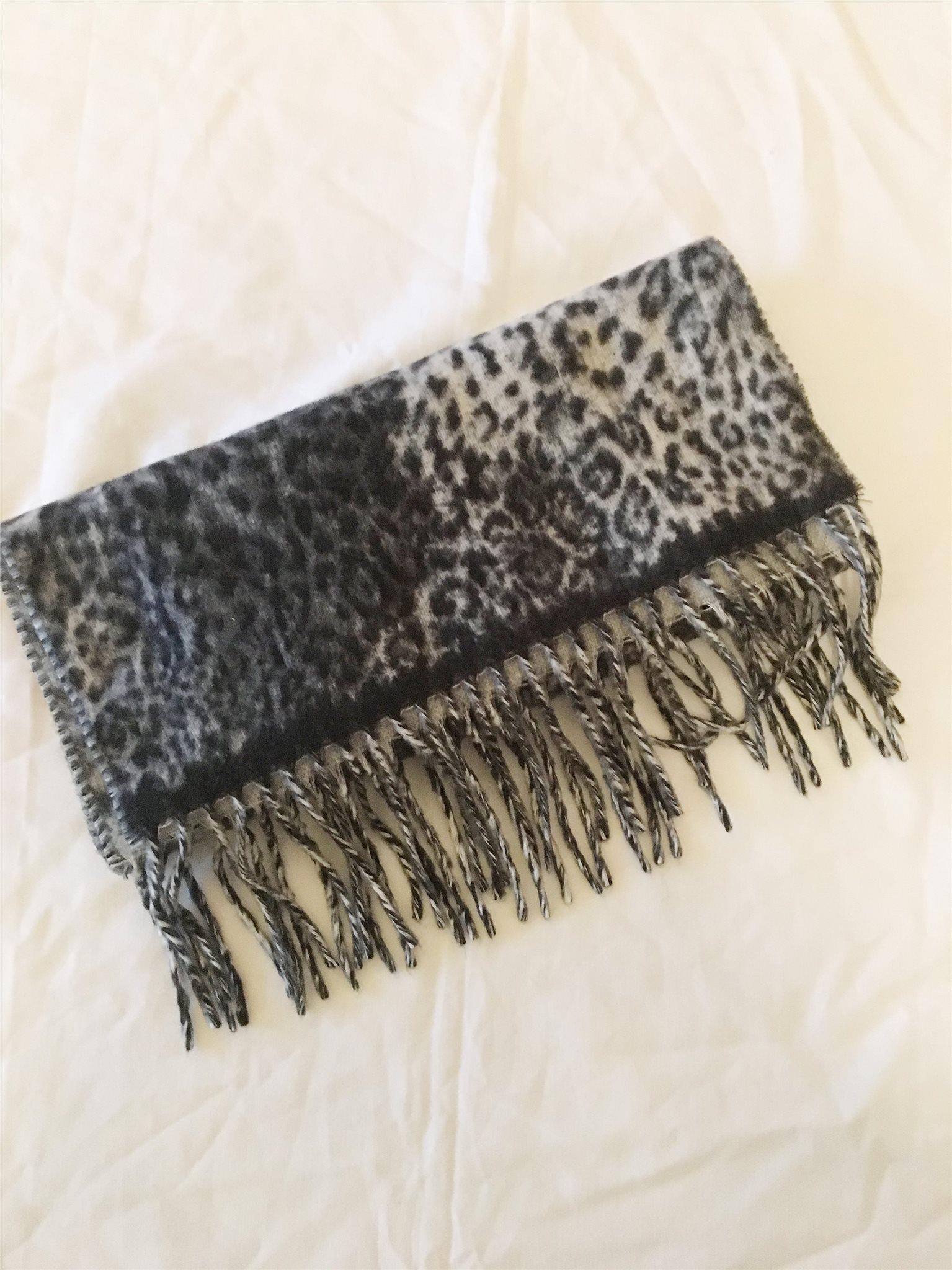 En grå svart vit leopardmönster halsduk med fra.. (328538263) ᐈ Köp ... bfc3694aca51f