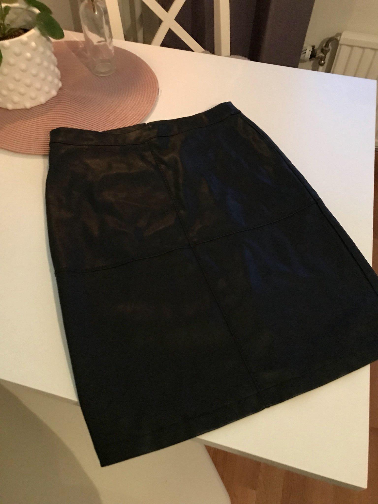 Läder kjol från vila storlek M (349883420) ᐈ Köp på Tradera