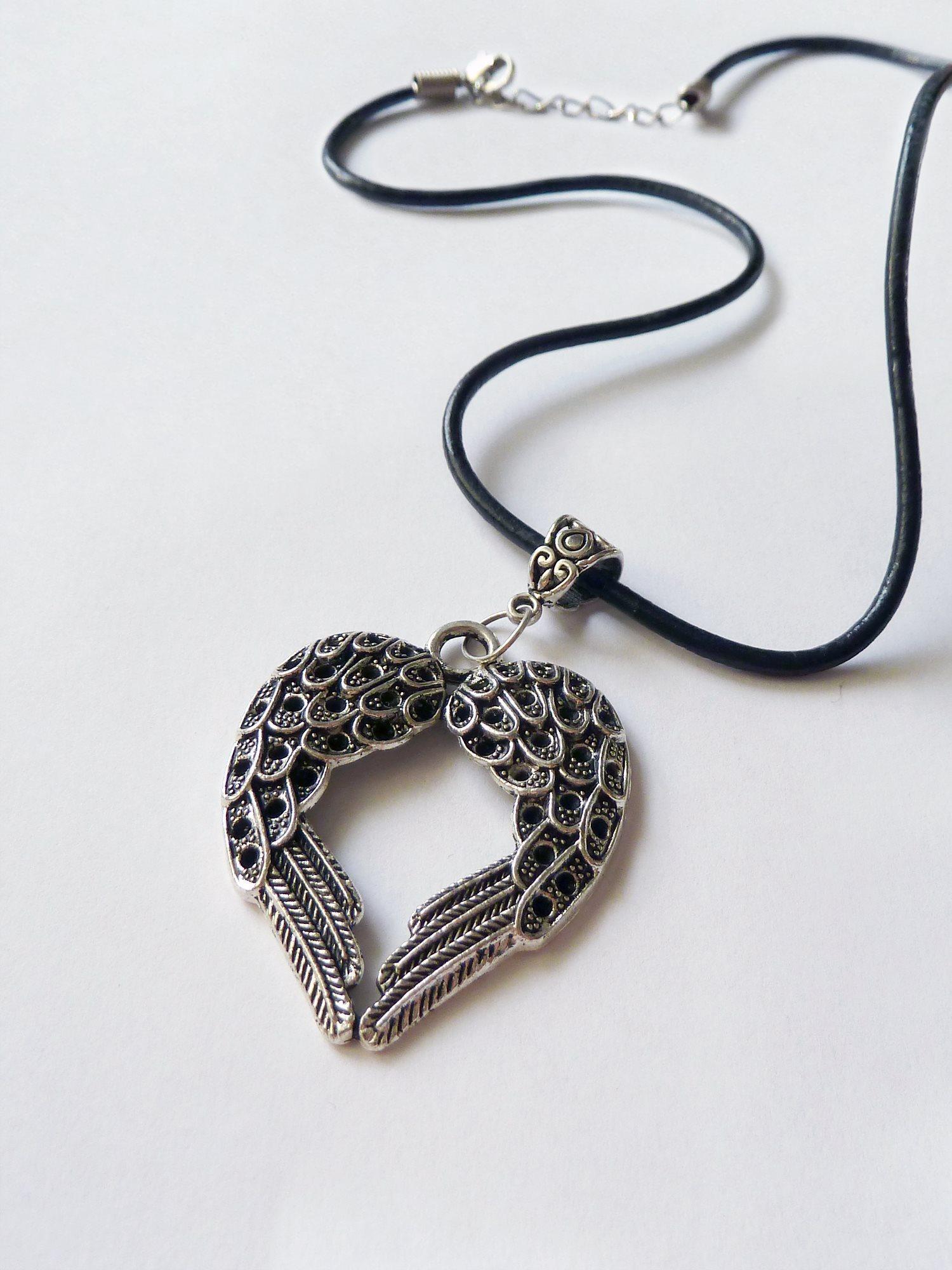 Läderhalsband med änglavingar i form av ett hjä.. (337721426) ᐈ Köp ... 21803f5f3b6f9