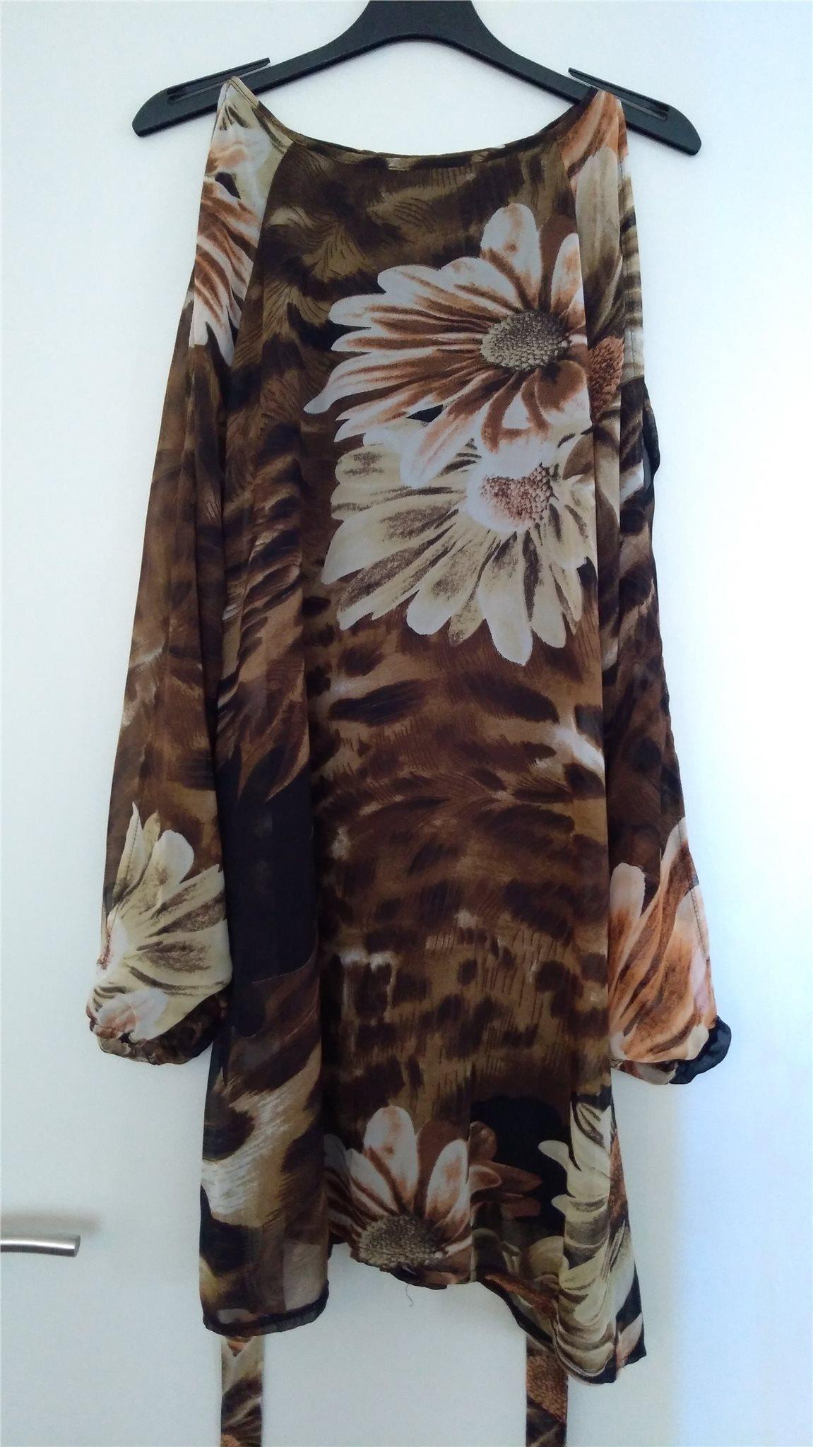 a8944748709e Brun klänning med blommor på från Sisters Point.. (338455265) ᐈ Köp ...