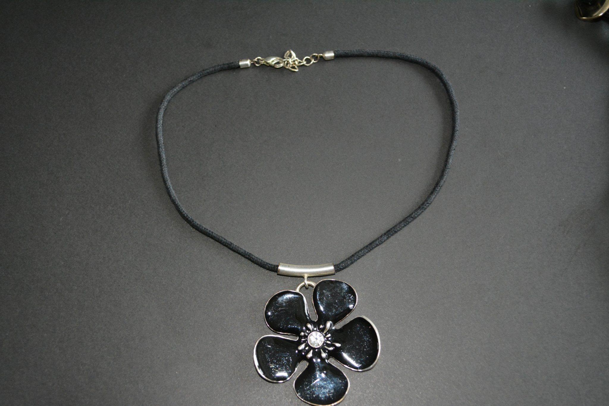 Halsband med emalj (340685548) ᐈ Köp på Tradera fd982495b68ad