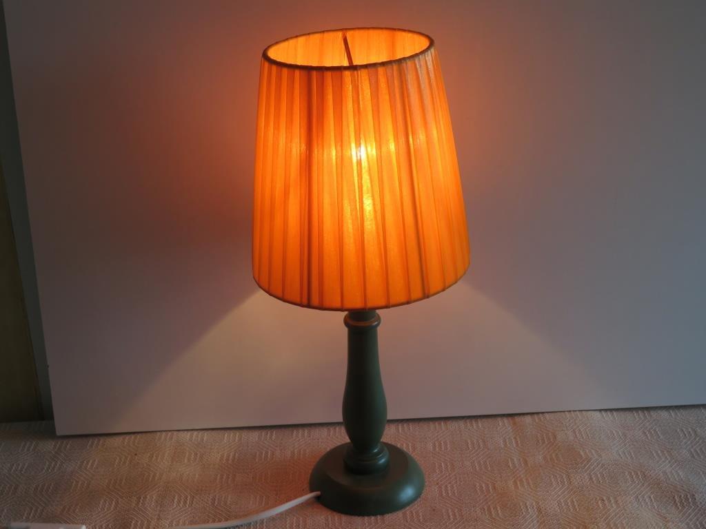 Bordslampa. Grön träfot och Orange skärm.