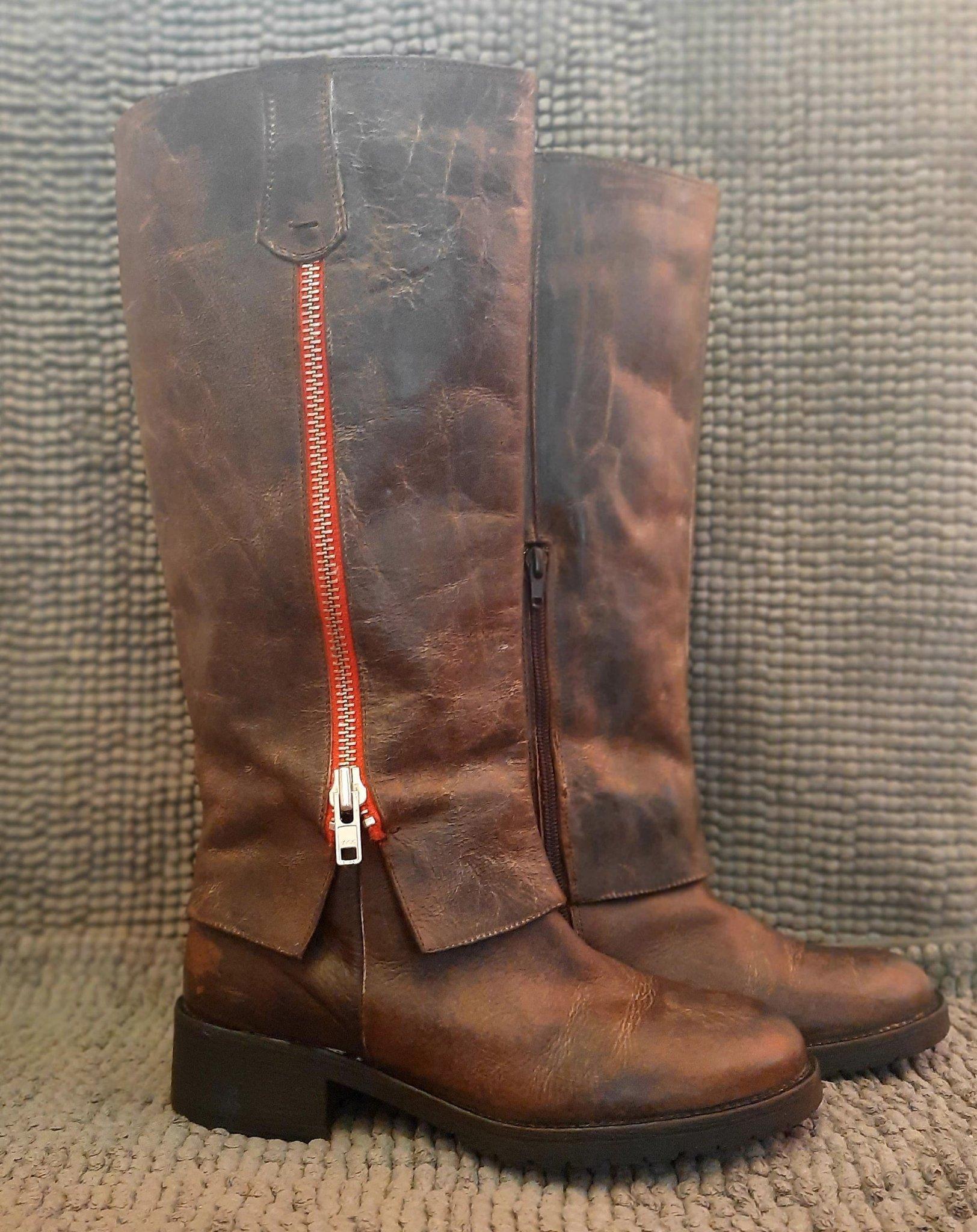 Snygga bruna varmfodrade läderstövlar med röd d.. (422653107