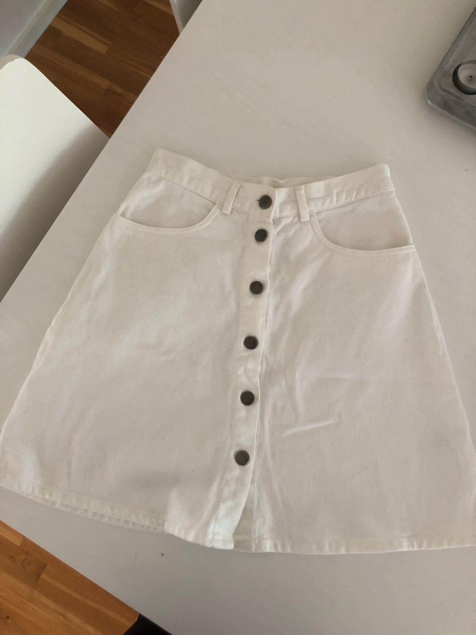 vit jeanskjol med knappar