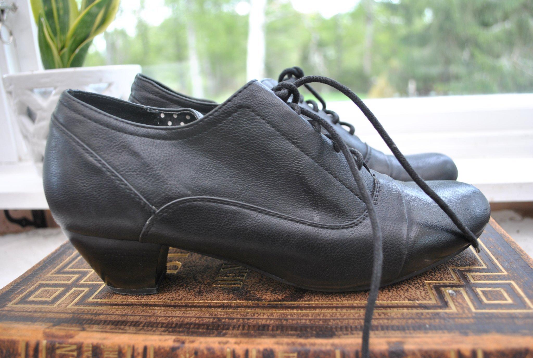 Tidlösa GG sköna skor att gå i med liten klack strl 40 med diskreta detaljer