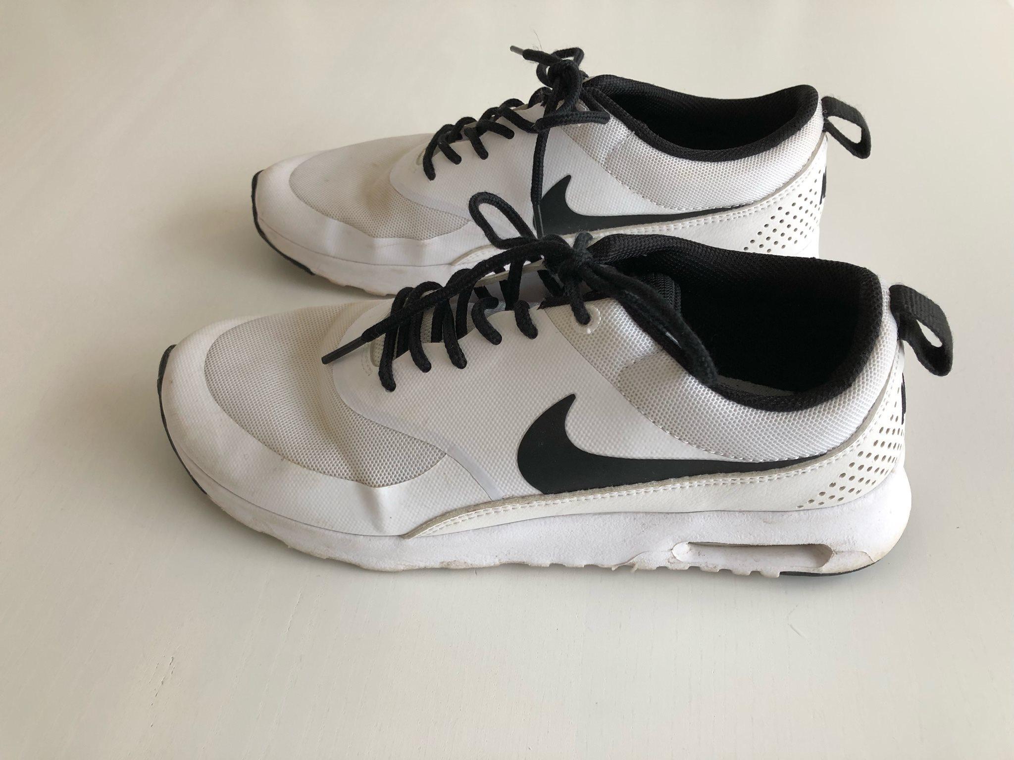 release date 805a9 ab026 Nike Air Max Thea vita och svart strl 40