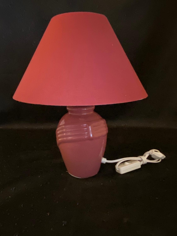 Bordslampa i keramik. Vinröd. Storlek: 39cm hög. Skärm: 29 cm.ny fr äld affär