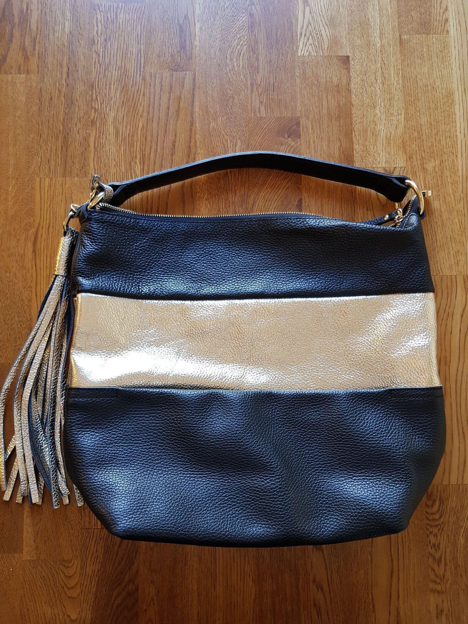 Snygg trendig handväska i läder med gulddetaljer (363336826