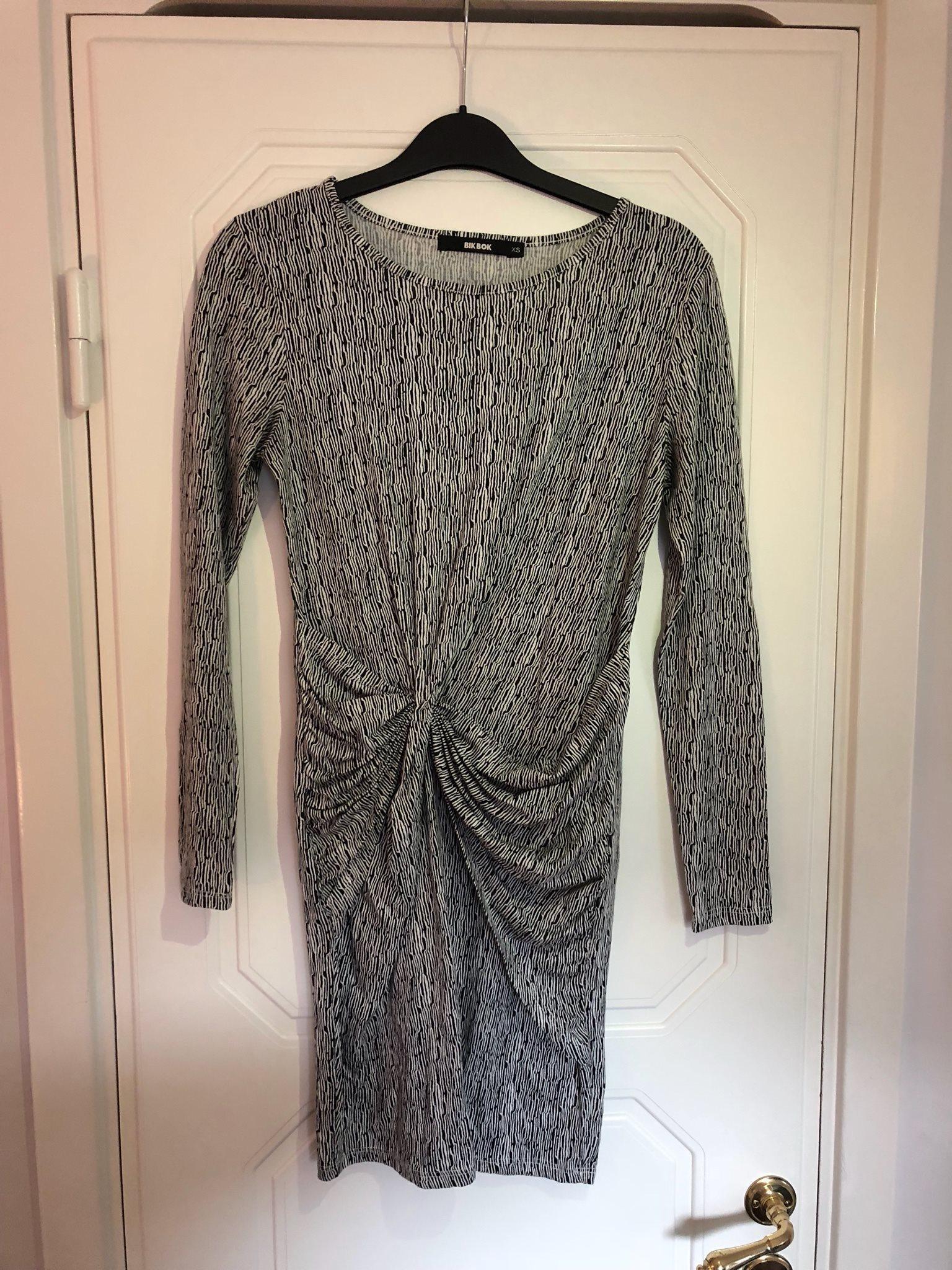 Svart vit mönstrad klänning BikBok storlek XS a3d3be9b99b25