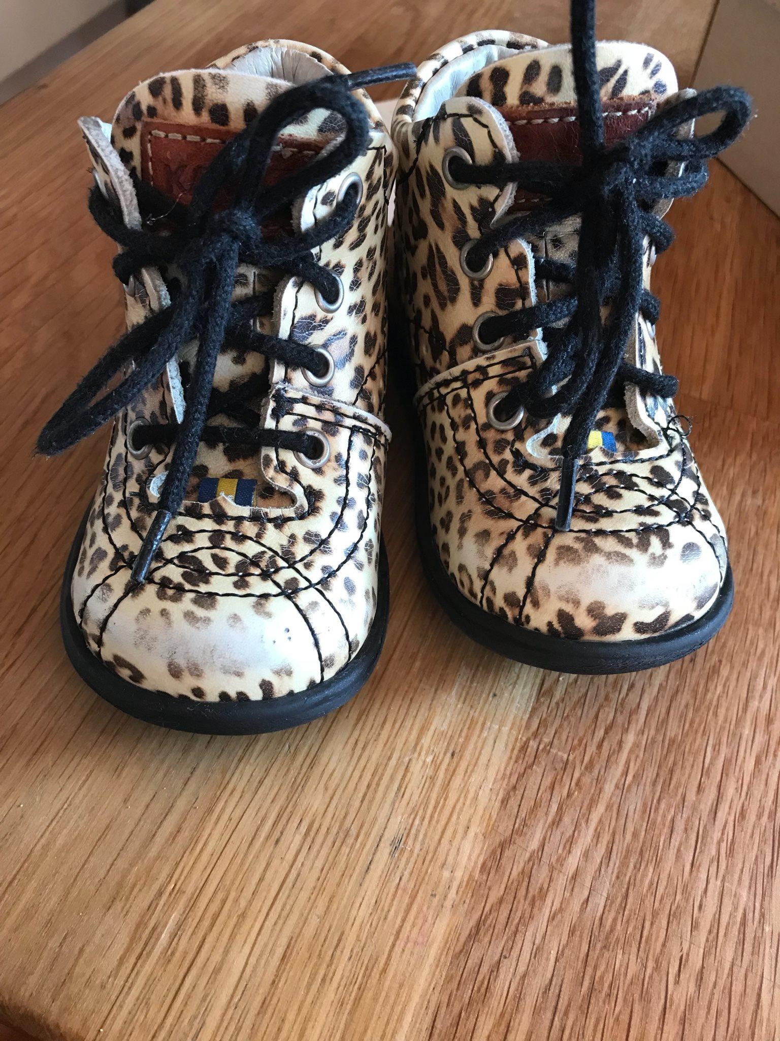 skor med leopardmönster