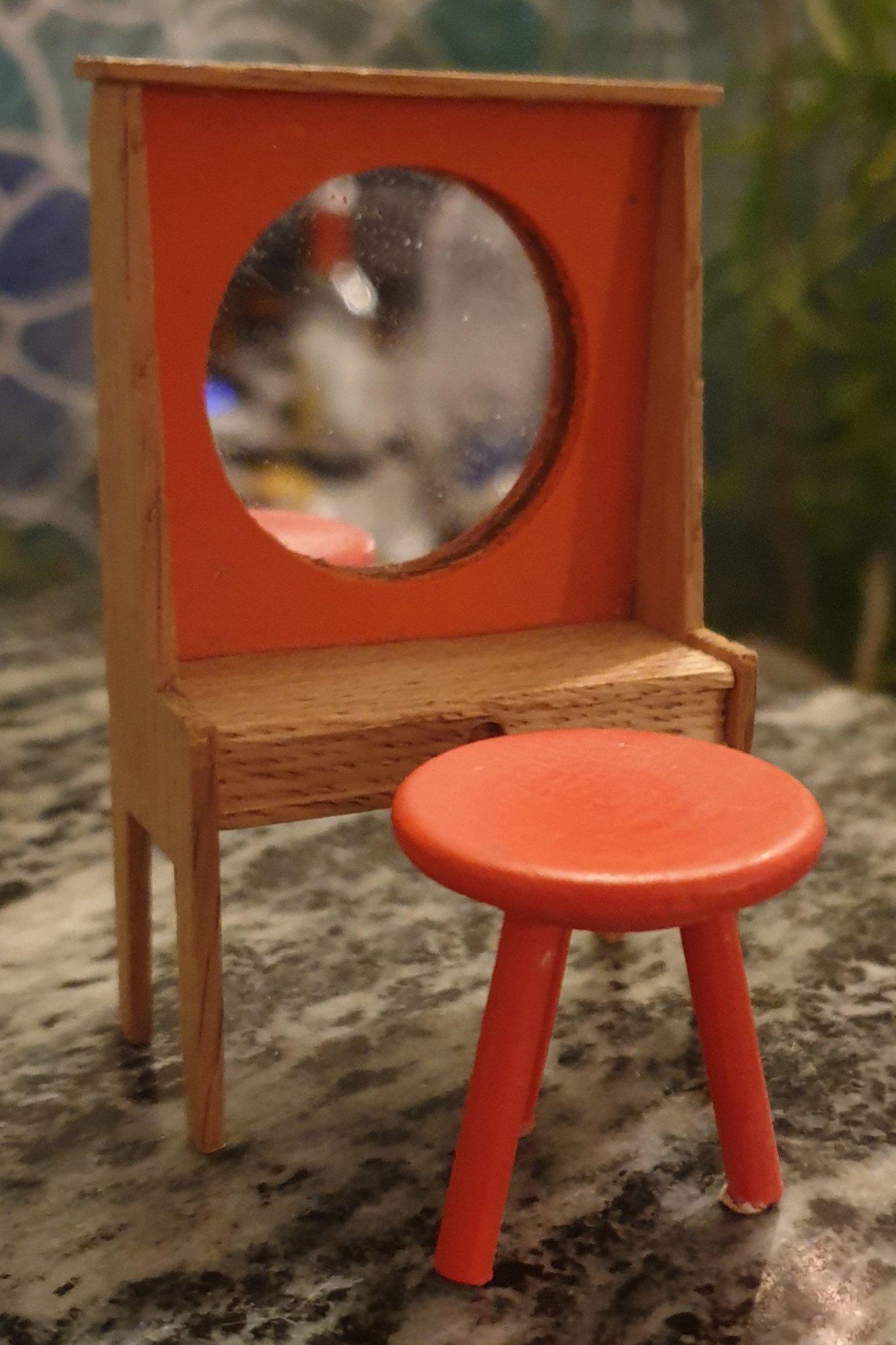 Sminkbord med pall till dockskåp (373776446) ᐈ Köp på Tradera