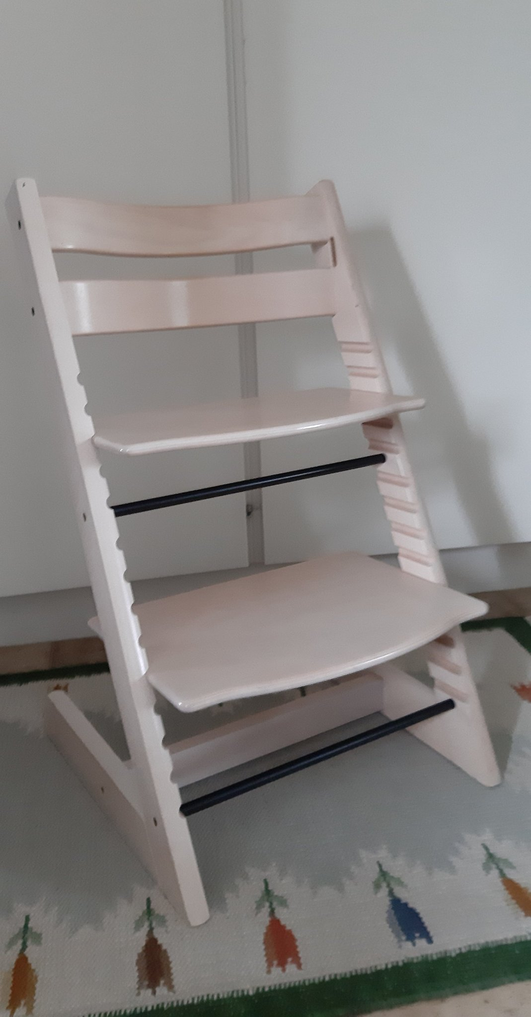 Stokke tripp trapp, stol i ljust trä, vitlaserad (411184440