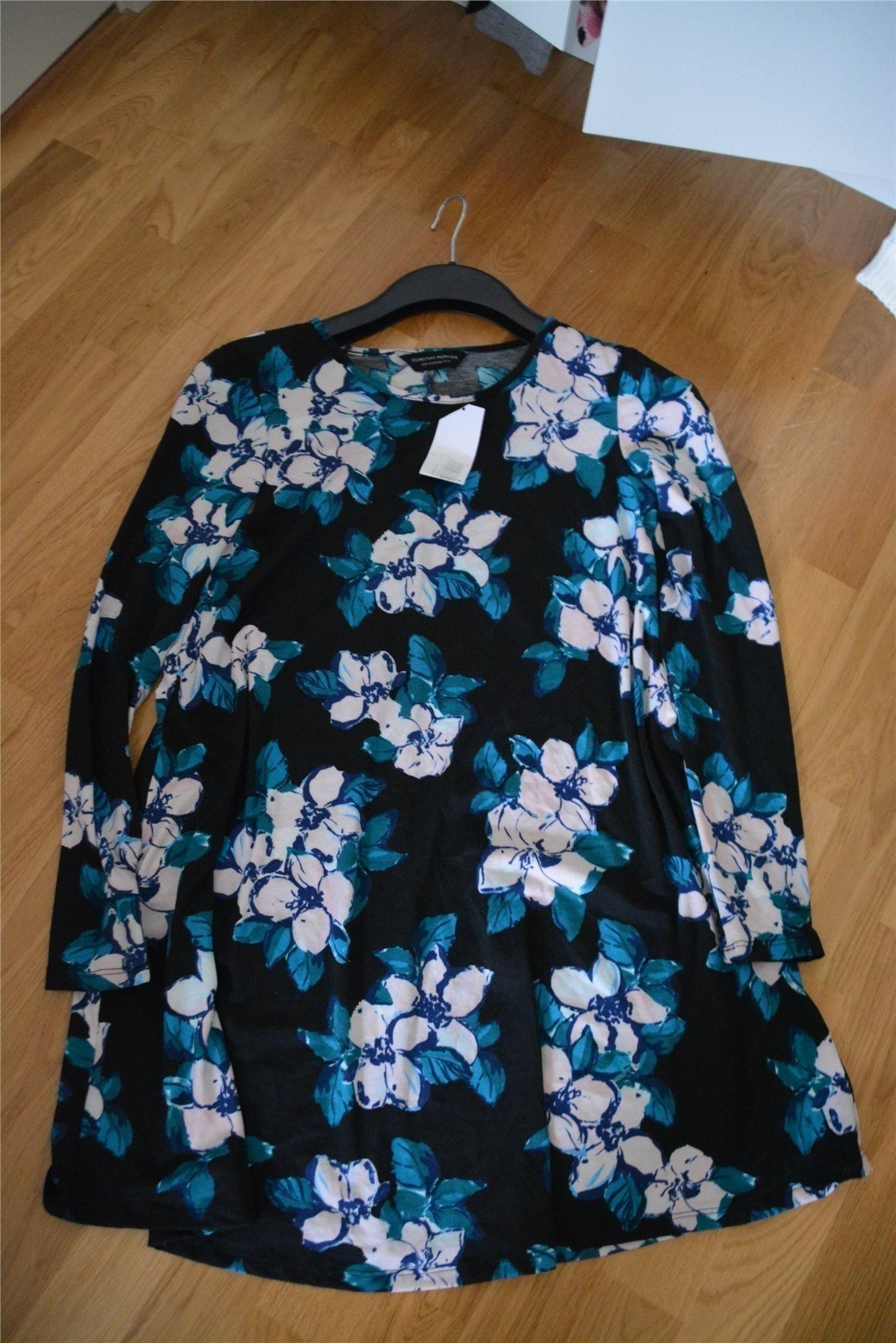 Ny fin klänning i härligt mönster från Nelly al.. (357454735