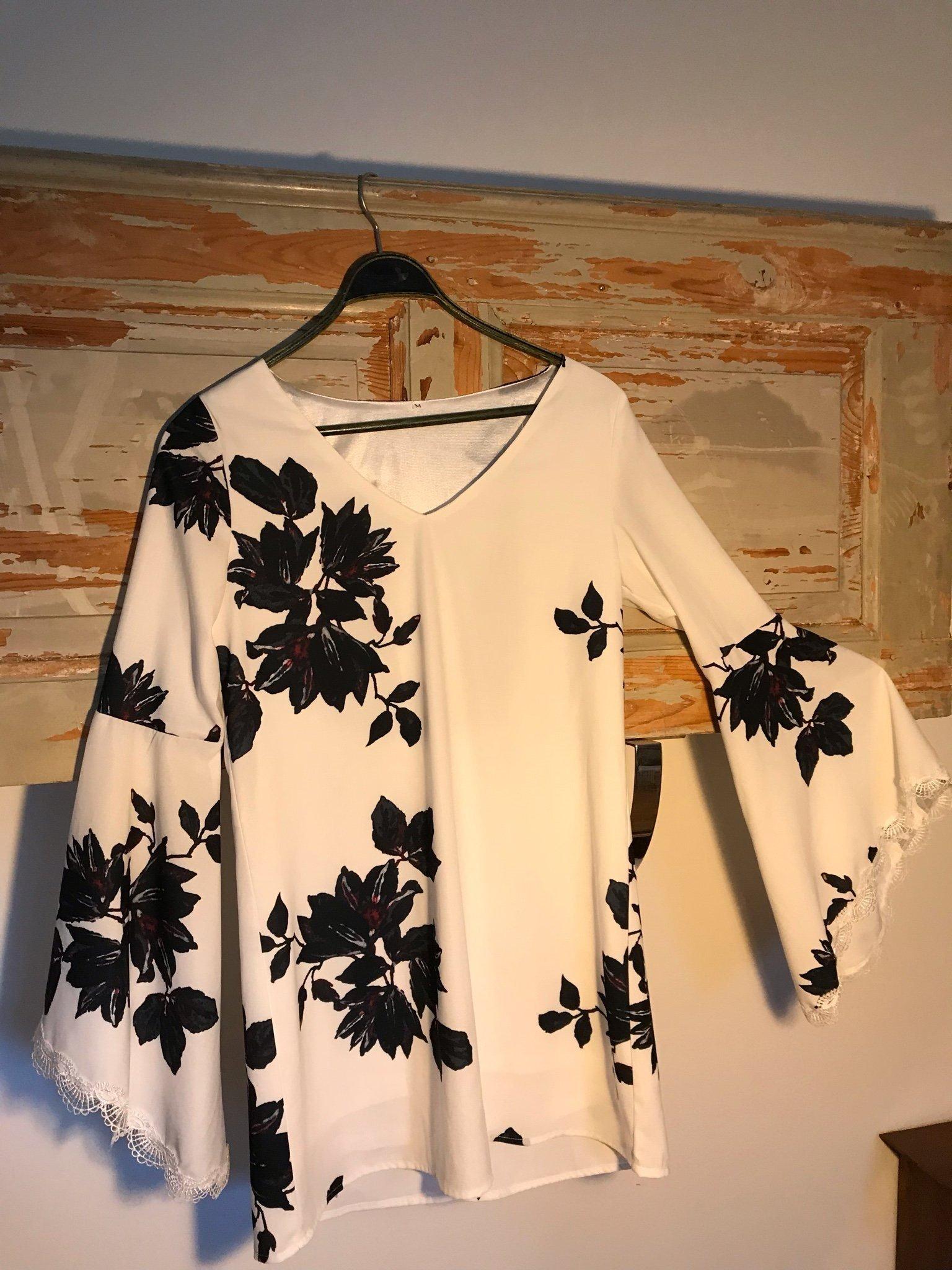 381a1db4a2b0 Klänning vit med stora svarta blommor. Öppna pa.. (347708352) ᐈ Köp ...