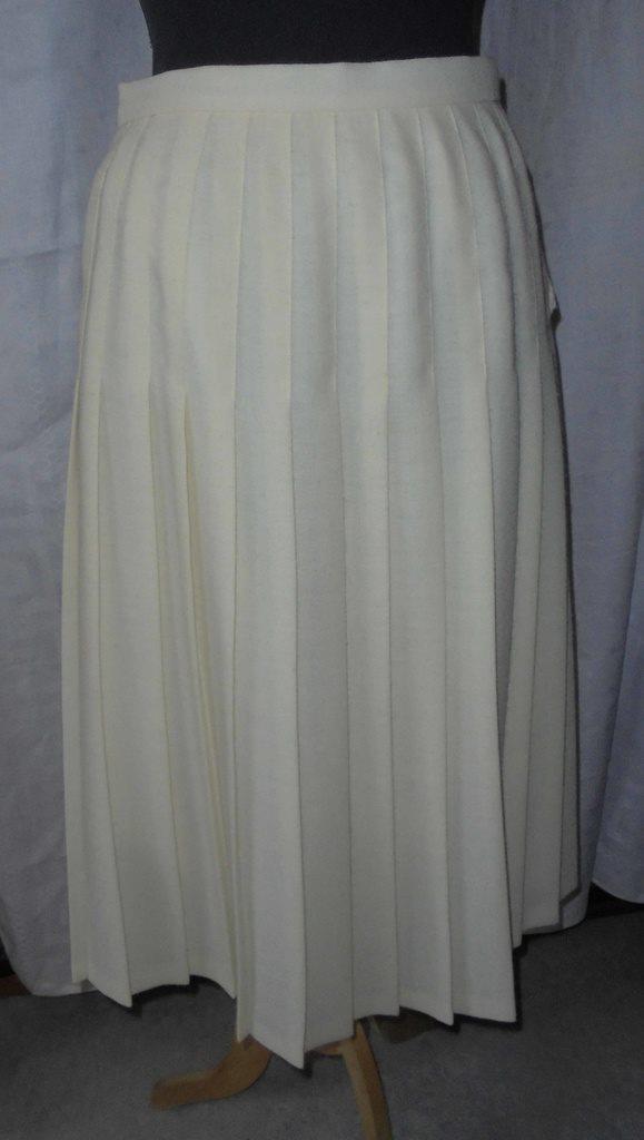 vit veckad kjol