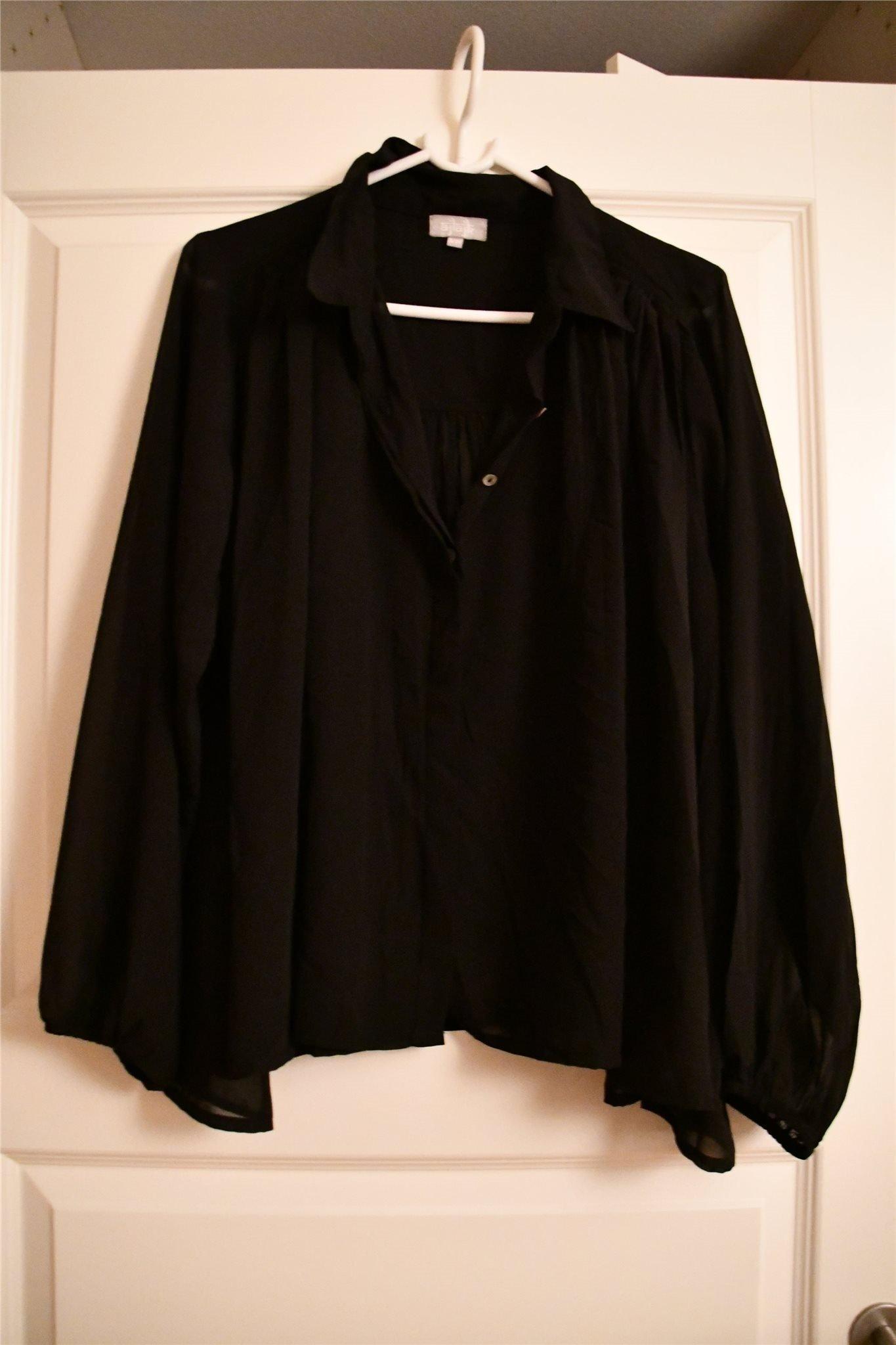 Snygg svart ajlajk blus från nelly
