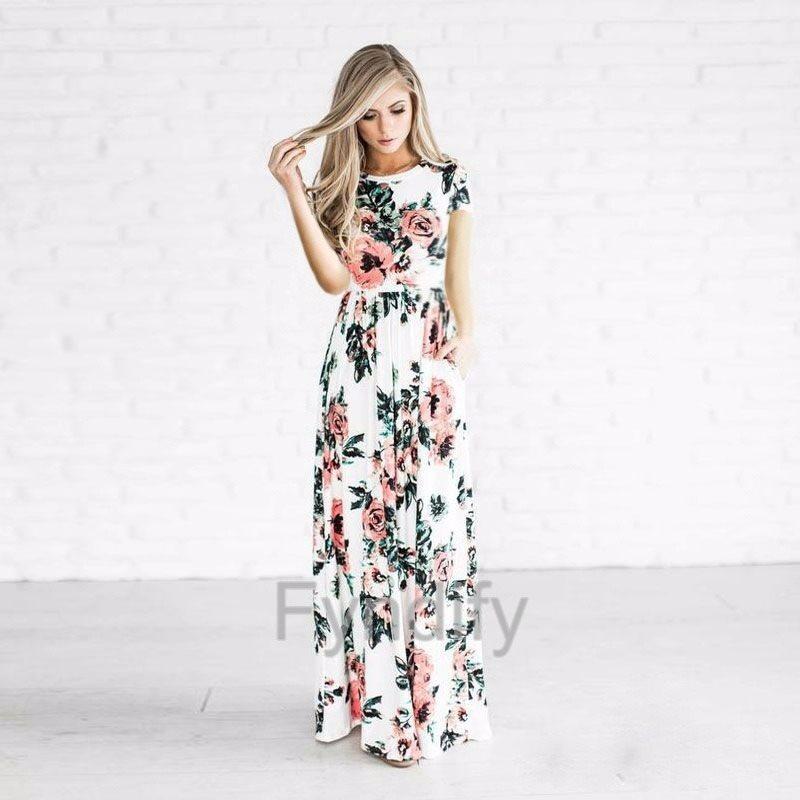 vit klänning med blommor