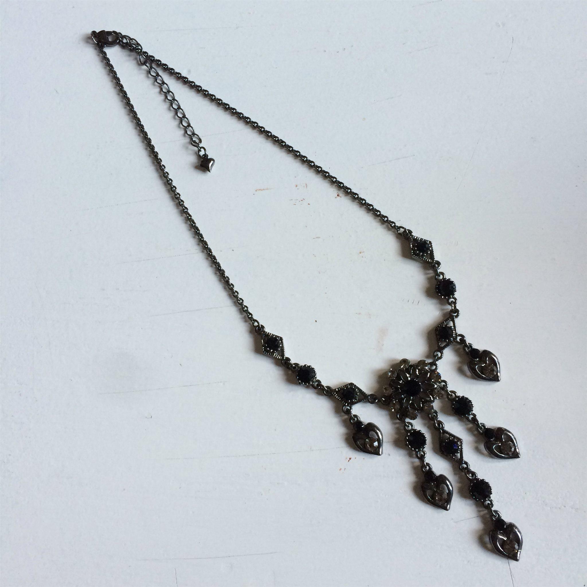 Nytt gnistrande halsband i mörk silverfärg. Fest stenar strass hjärtan svart 1b5e60a2f9a1c