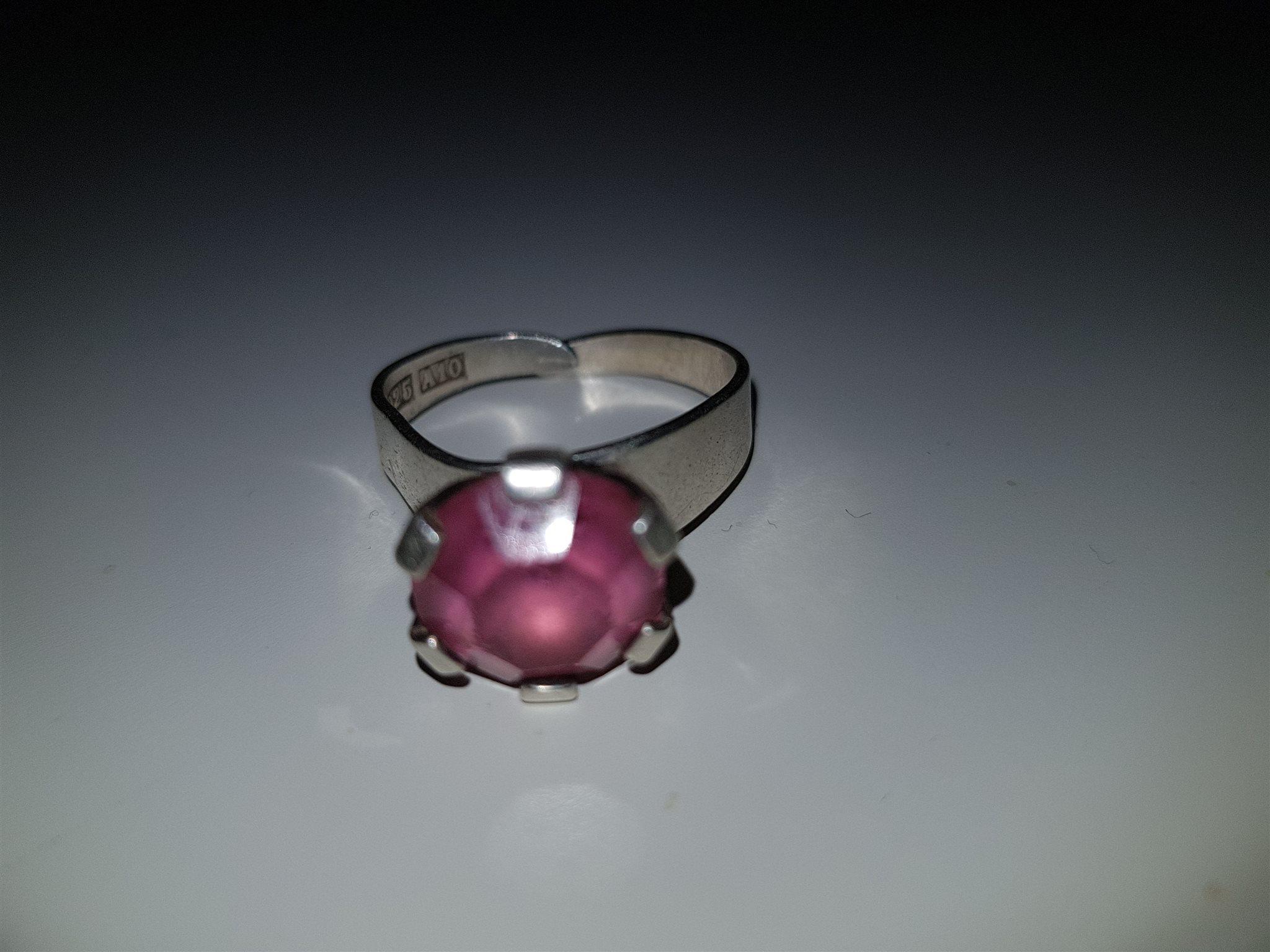 silverring med rosa sten
