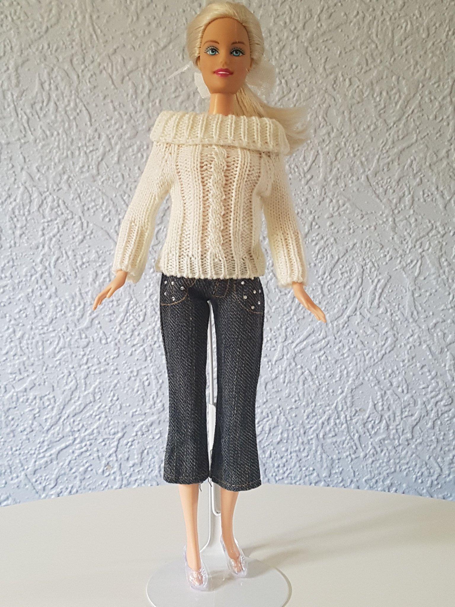 En stickad tröja och jeans byxor till Barbie eller liknande dockor!