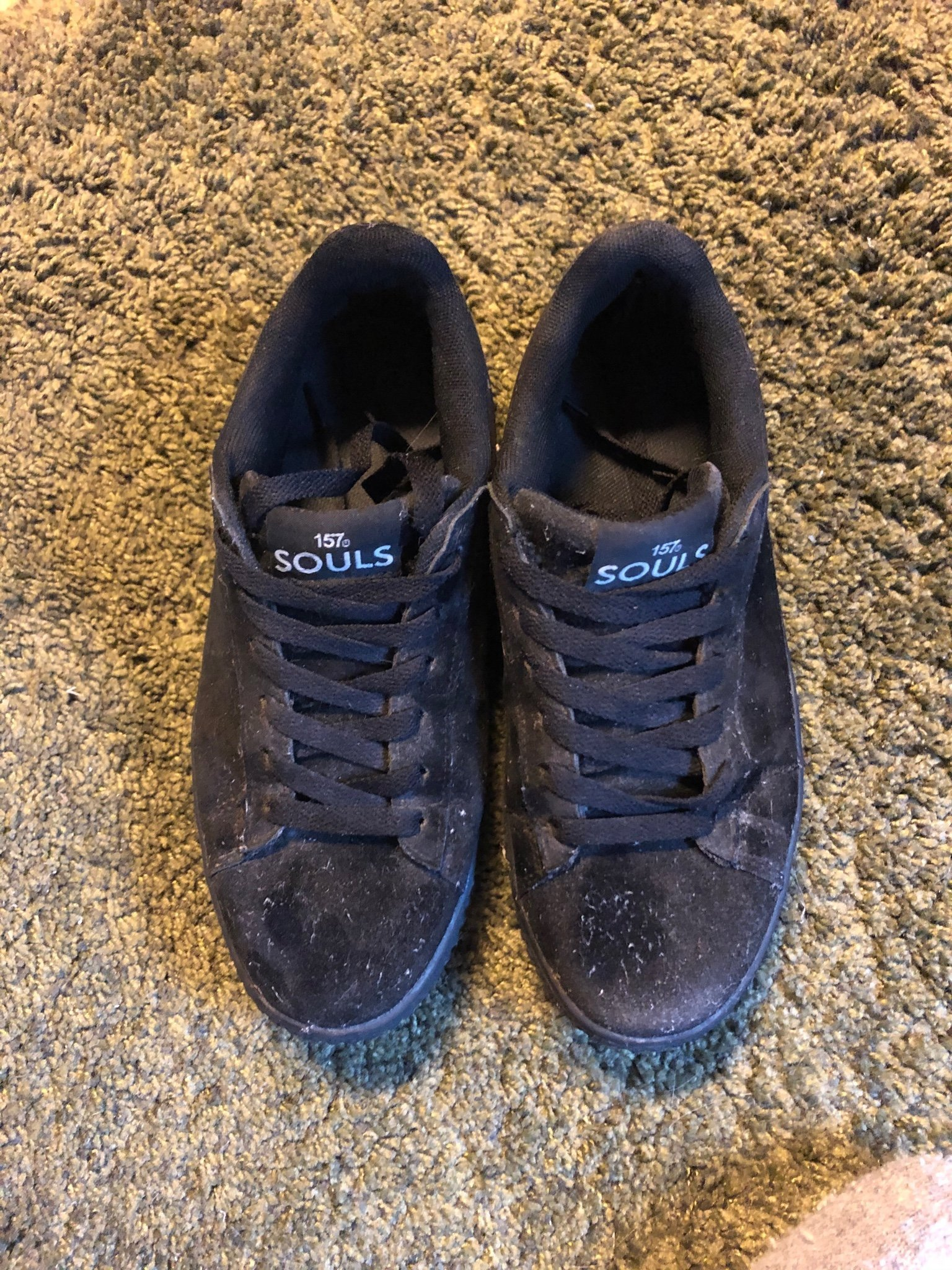 buffalo low vinyl svarta låga glansiga trend höga platå sneakers