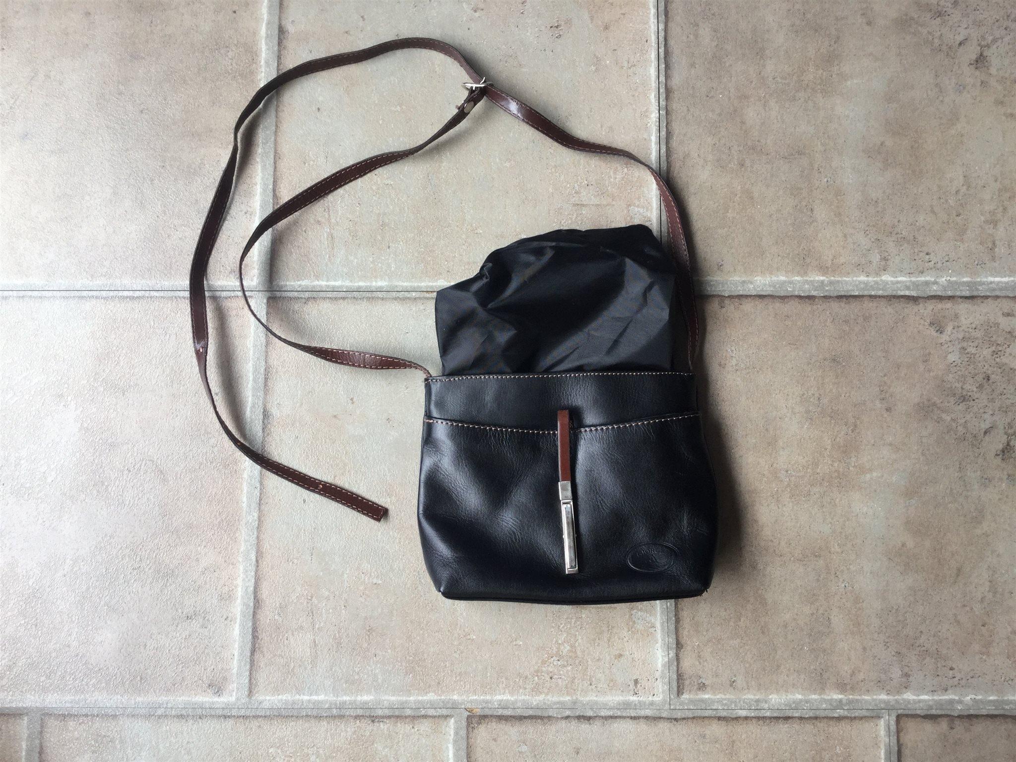 Liten axelremsväska i svart skinn med bruna det.. (420955255