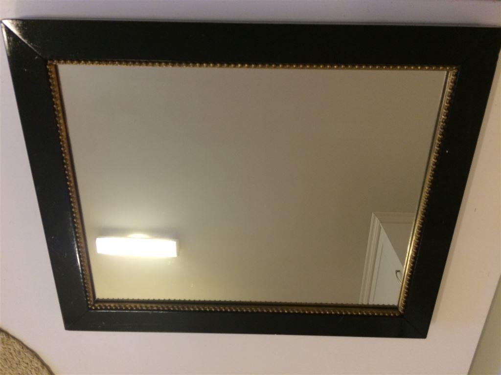 Design till hemmet : spegel, fårskinn, mässing, träfot, kuddfodral