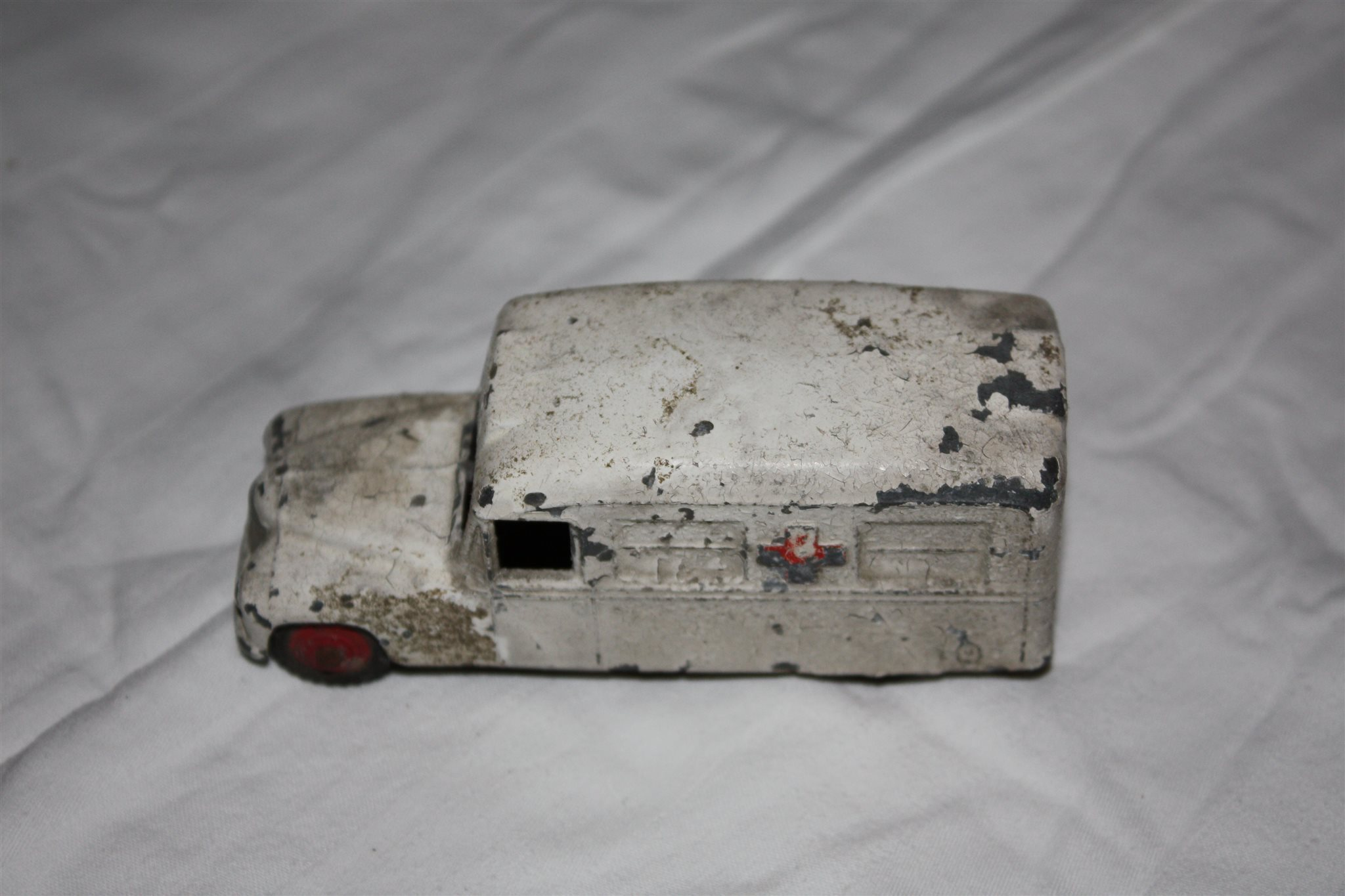 Två gamla gamla gamla Dinky Toys ambulanser ifrån 50 talet. 0190f0