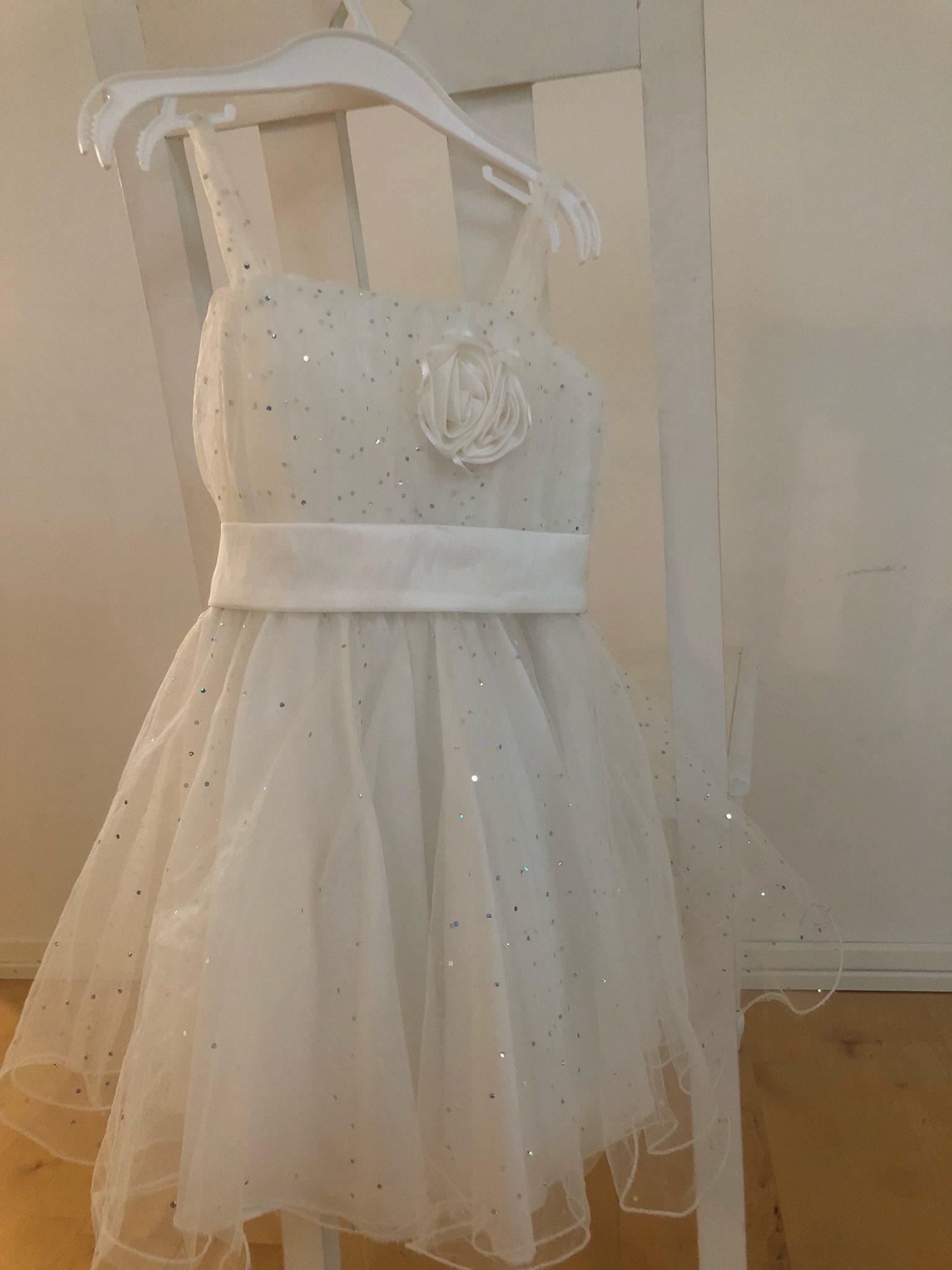 Vit klänning med blommor och glitter. Brudtärna.. (328907845) ᐈ Köp ... 2277be881063a