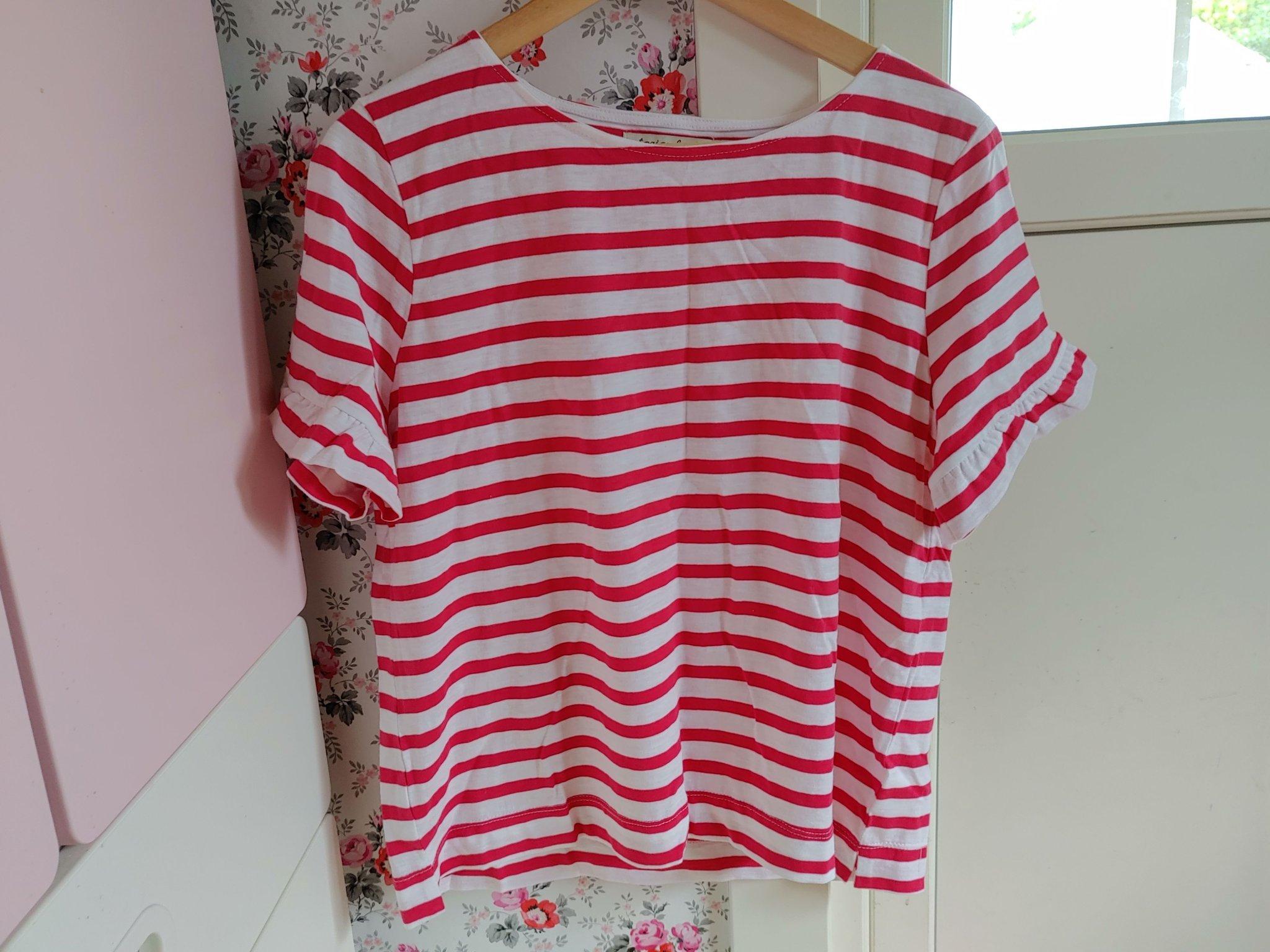 Vit och rosa randig kortärmad klänning med volager och