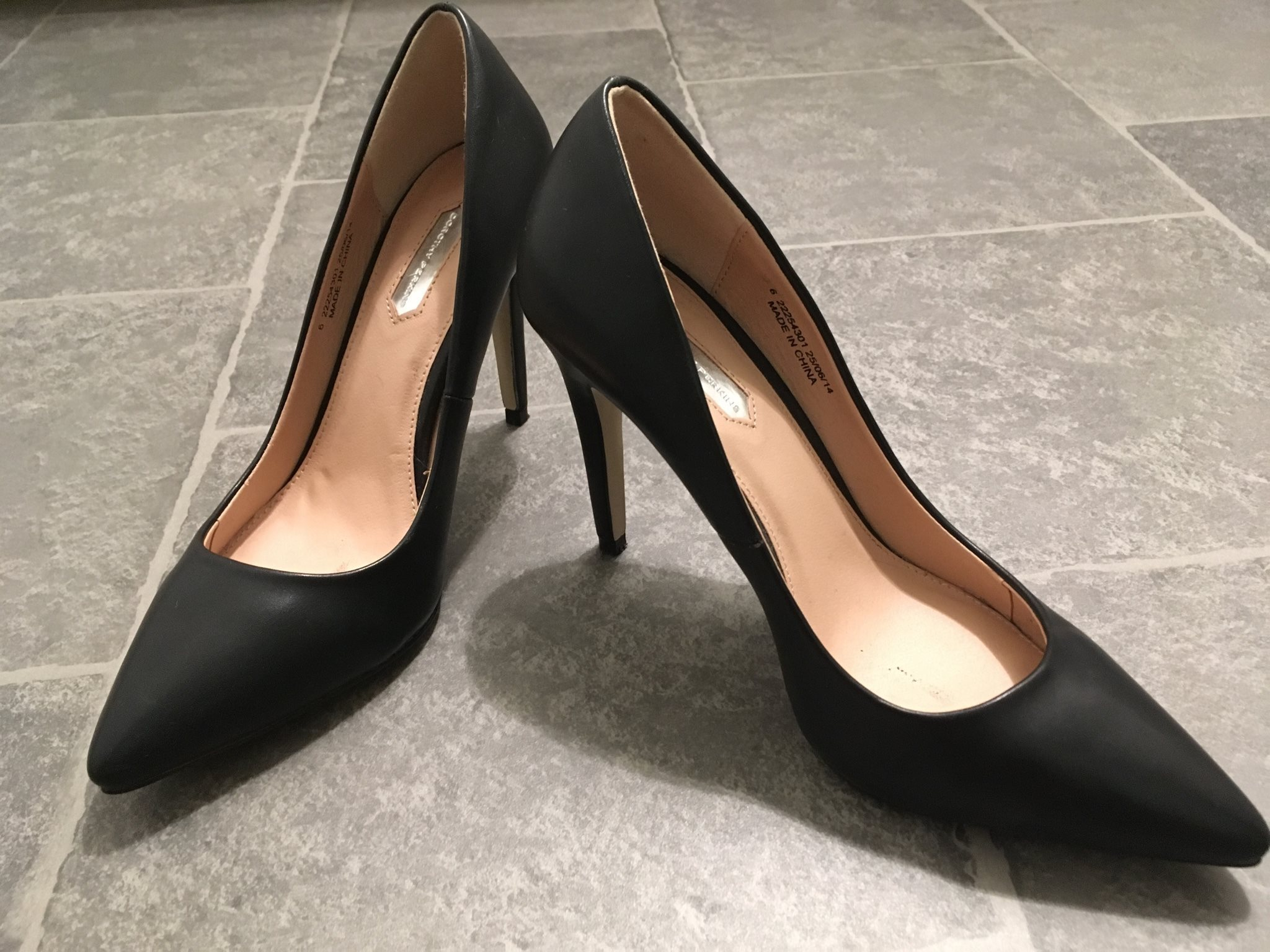 klassiska svarta pumps