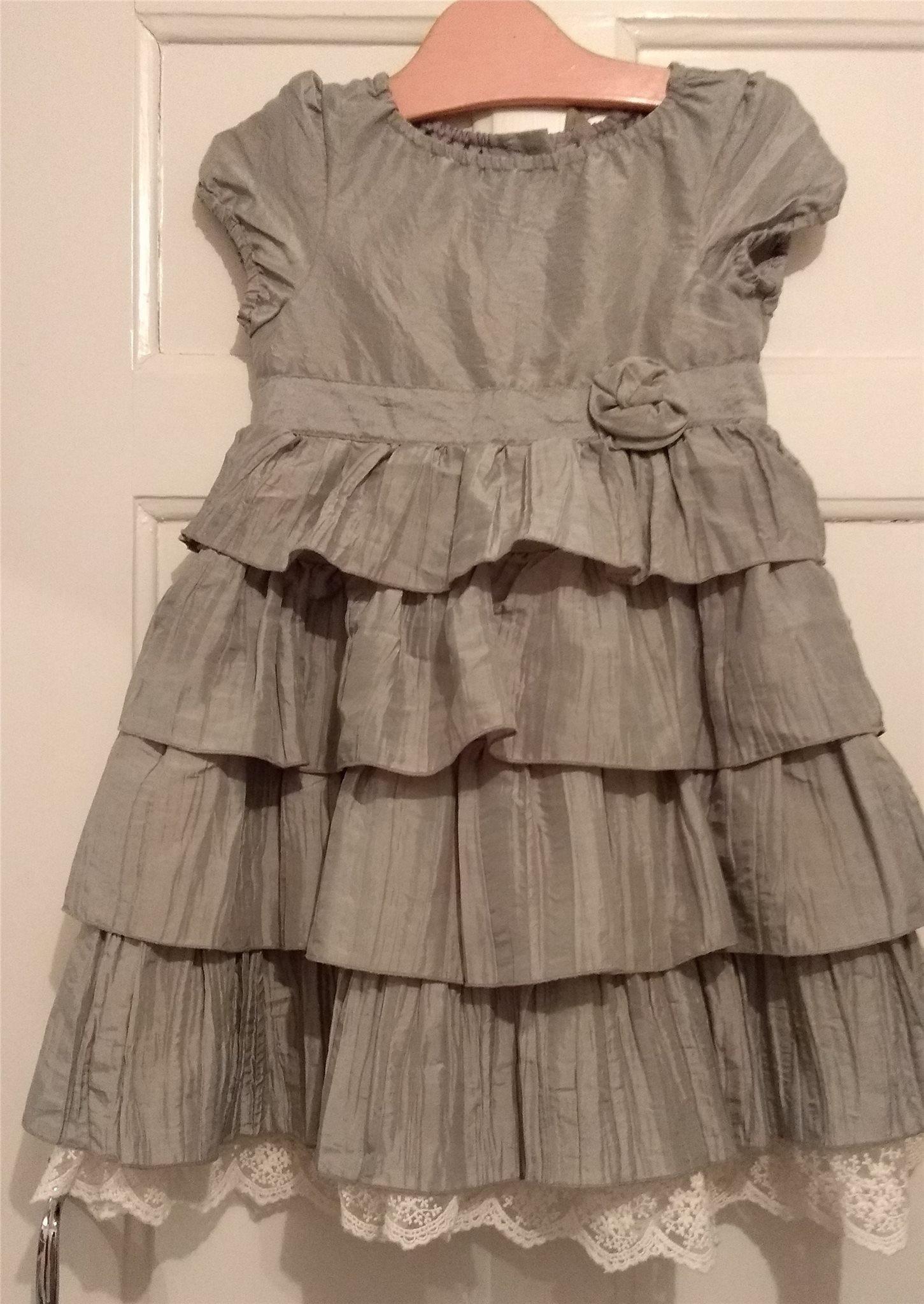 Silver grå klänning med volanger och spets 240804c31a528