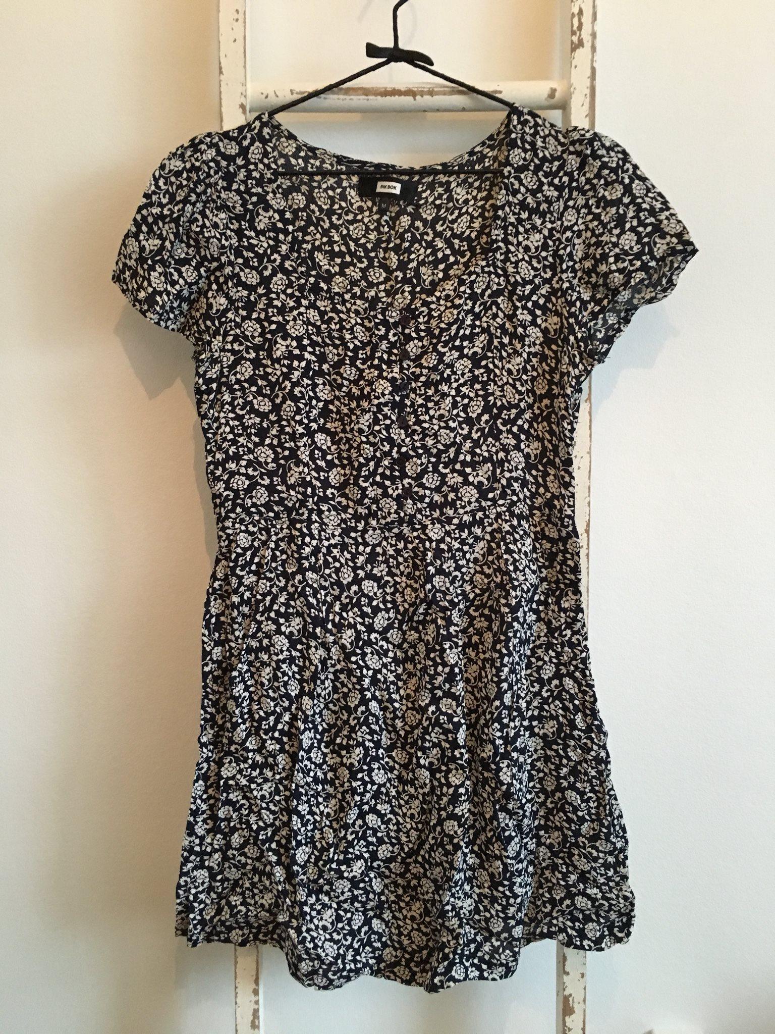 Mörkblå Vit blommig klänning med knappar framti.. (338577589) ᐈ Köp ... c08701c3d0967